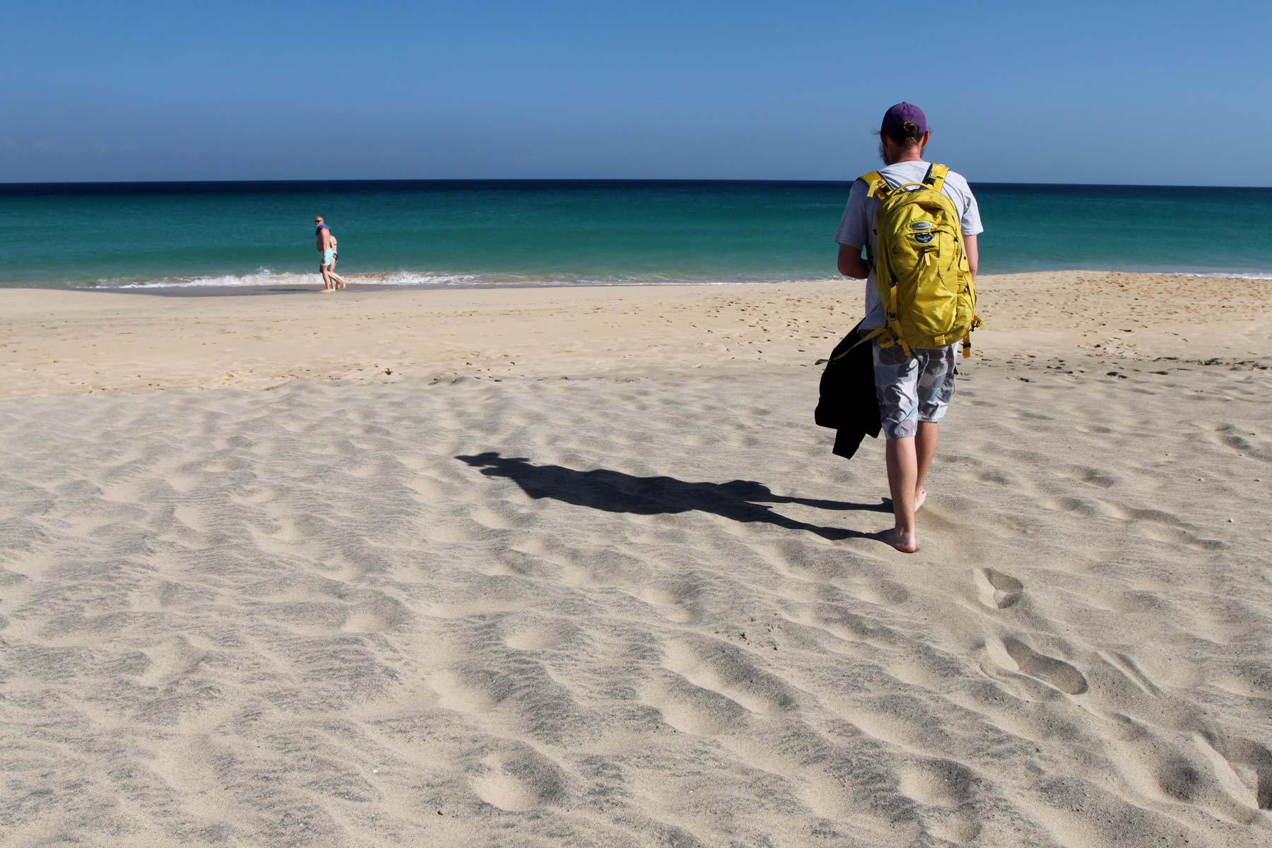 Подходим к морю на пляже Фуэртевентуры