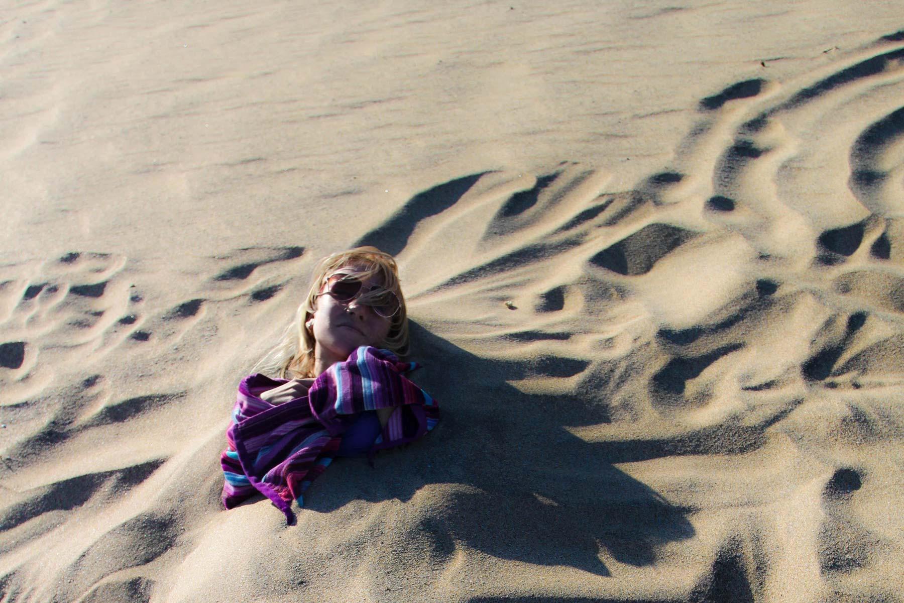 Я греюсь в песках пляжа Фуэртевентуры