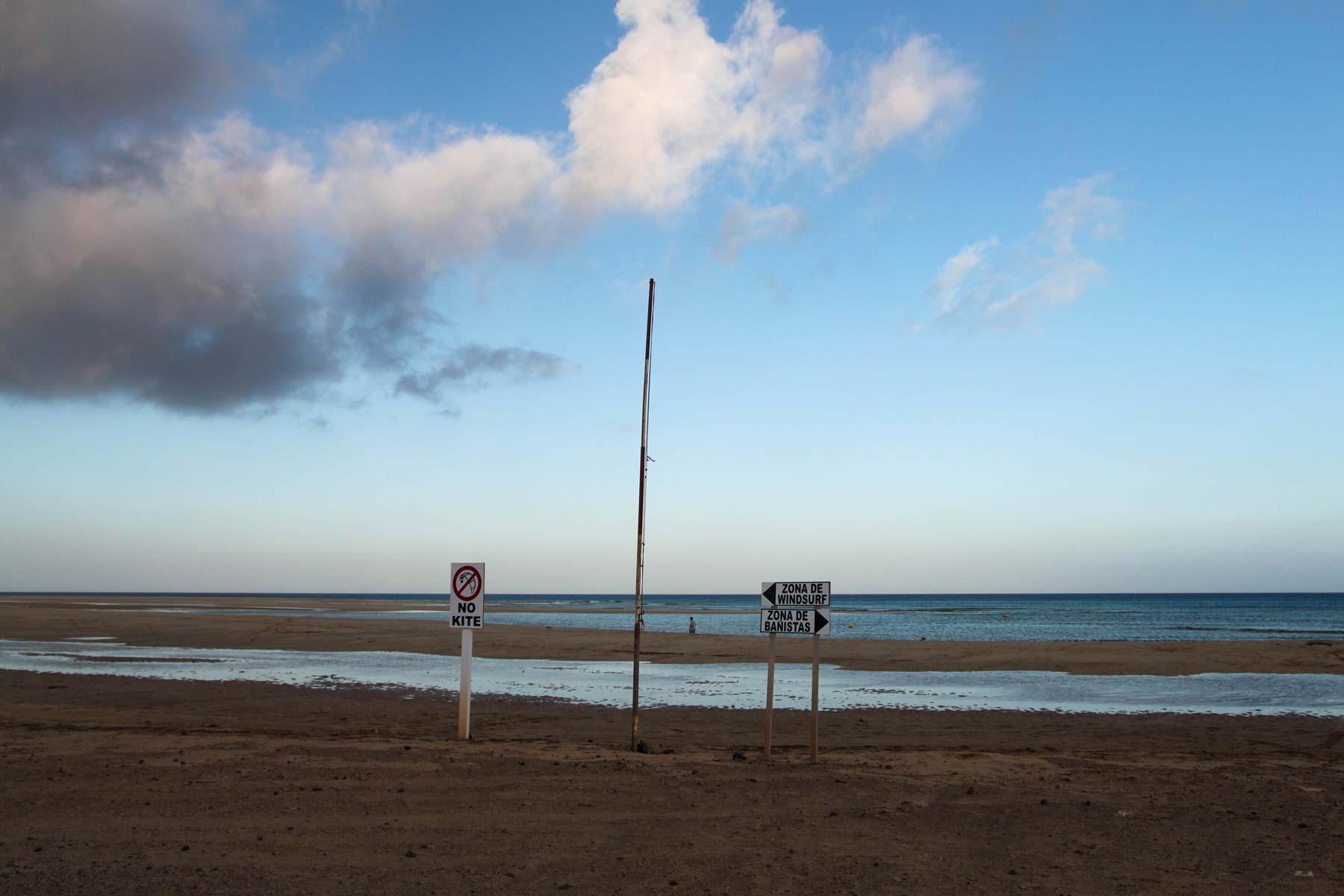 Запрещающие знаки на пляже Коста Кальма