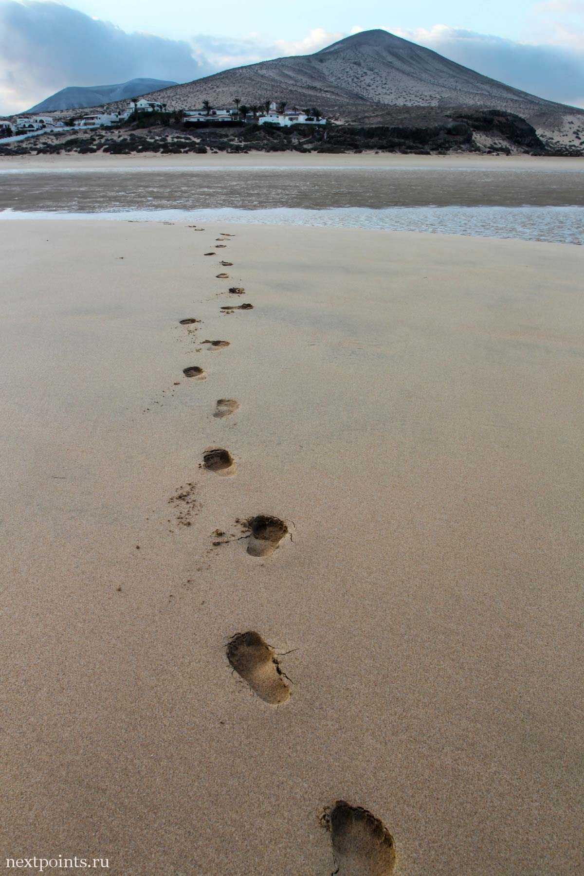 Следы на песке на пляже