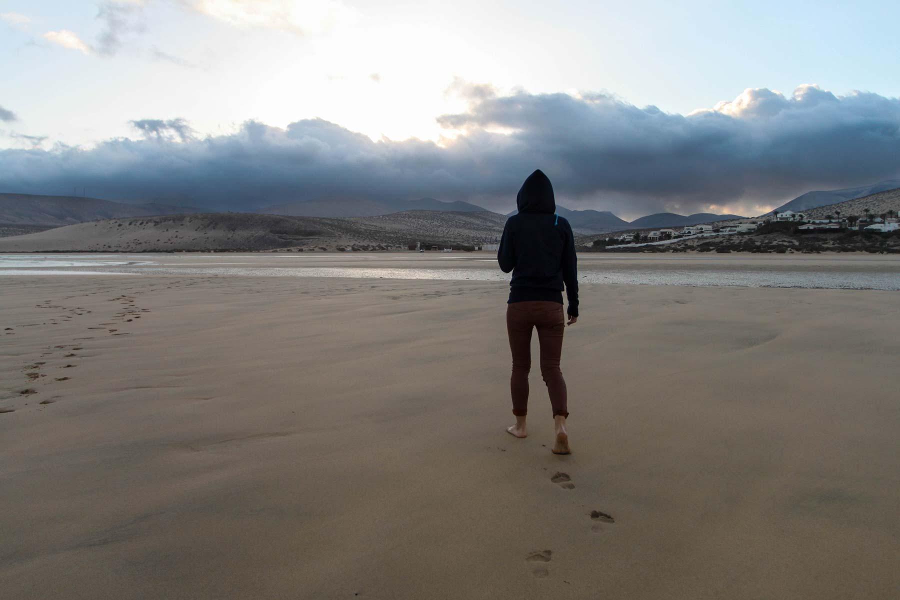 Иду по пляжу Коста Кальма