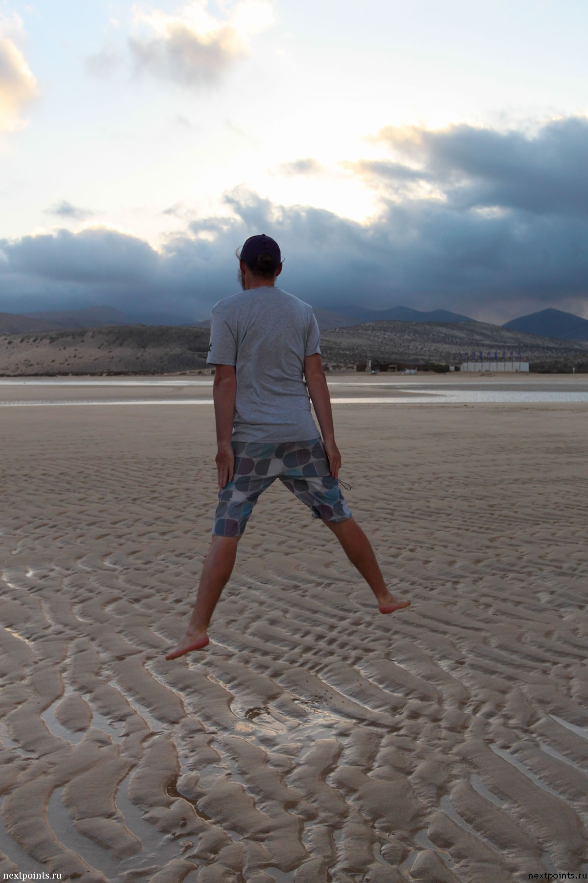 Прыжок на пляже