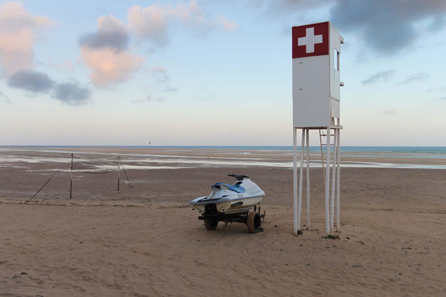 Спасательная вышка и аквабайк на пляже Коста Кальма