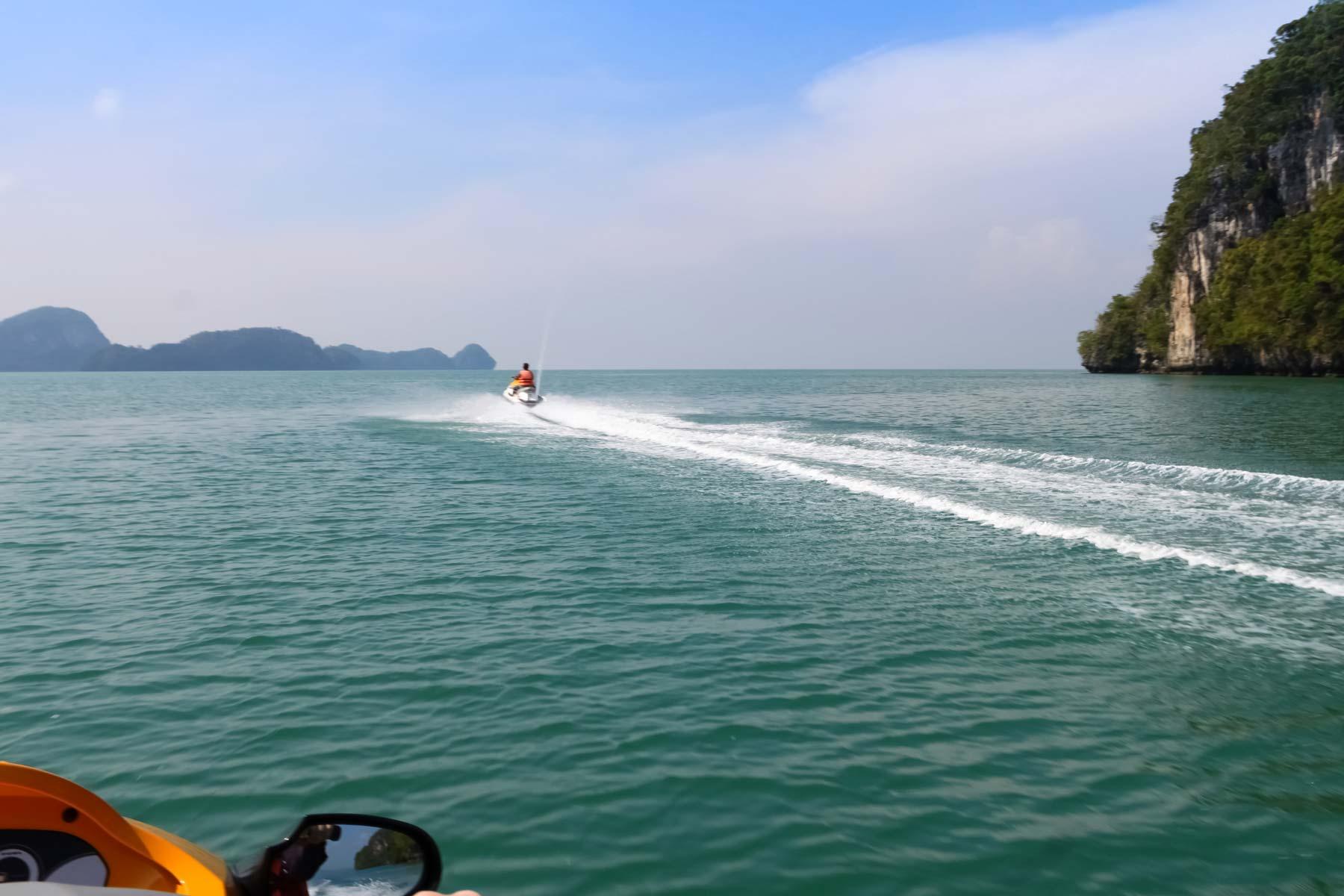 Мы плывем за нашим гидом на аквабайке на Лангкави