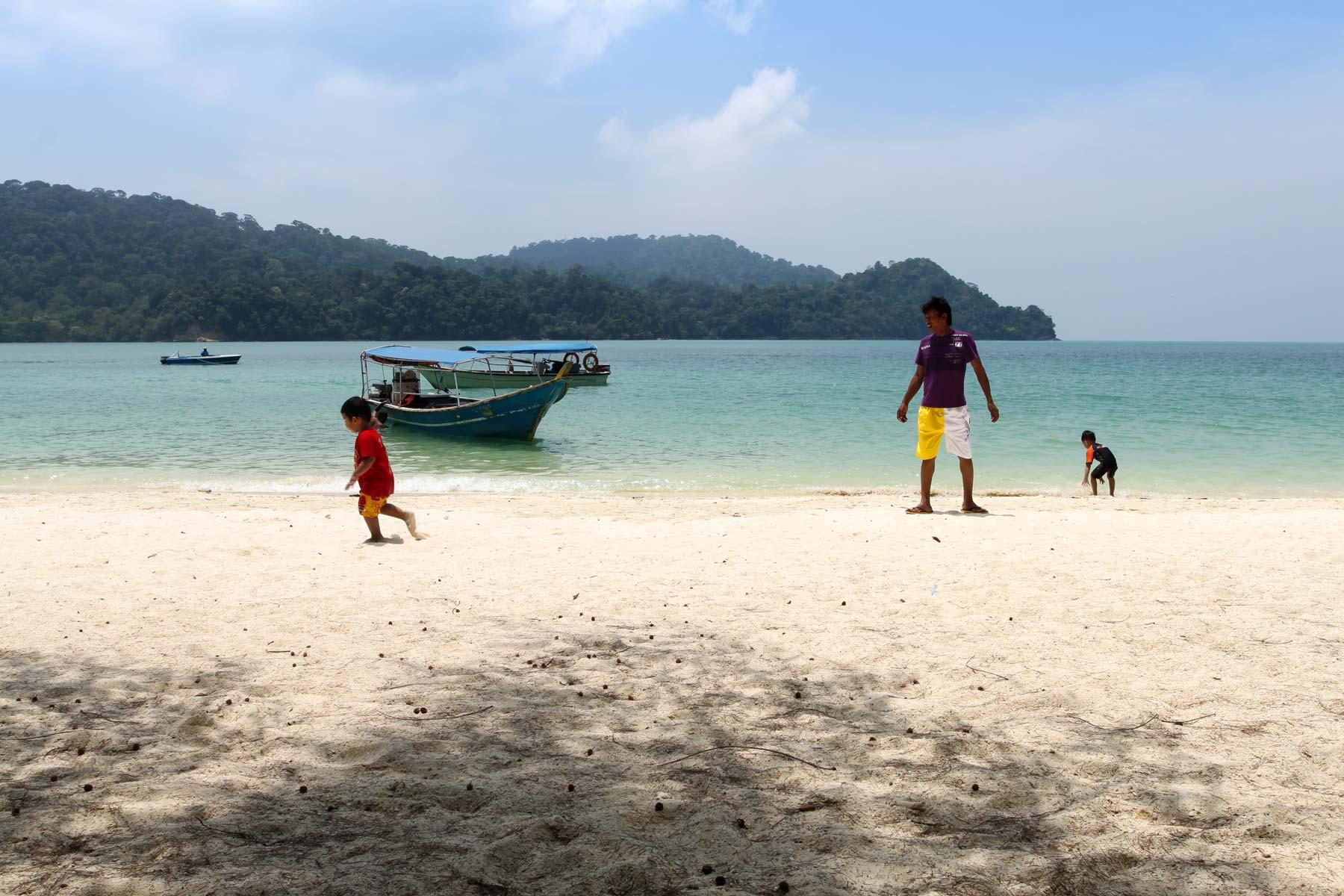 Игры на пляже Singa Besar
