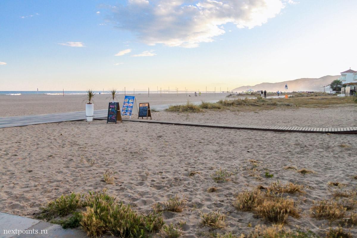 Широкий пляж Кастальдефельса на закате
