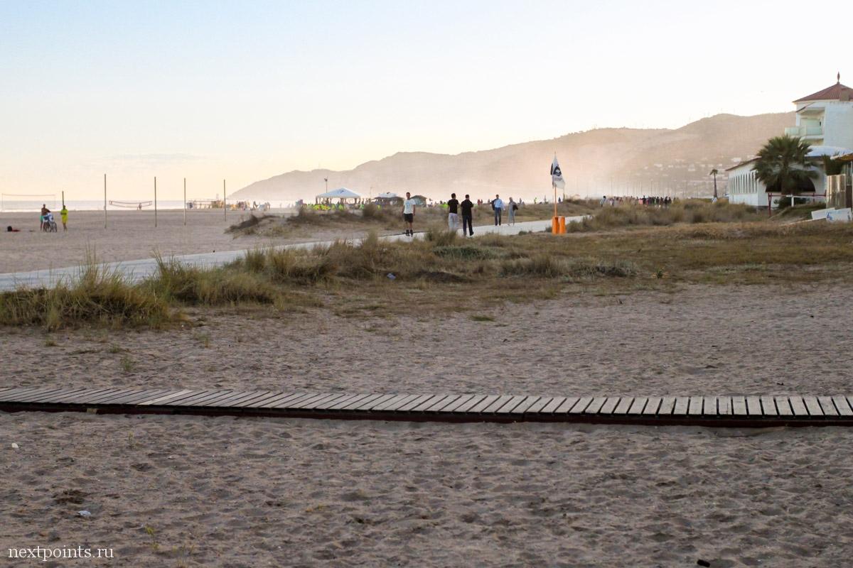"""По дорожкам бегают спортсмены и гуляют после трудового дня испанские """"работяги""""."""