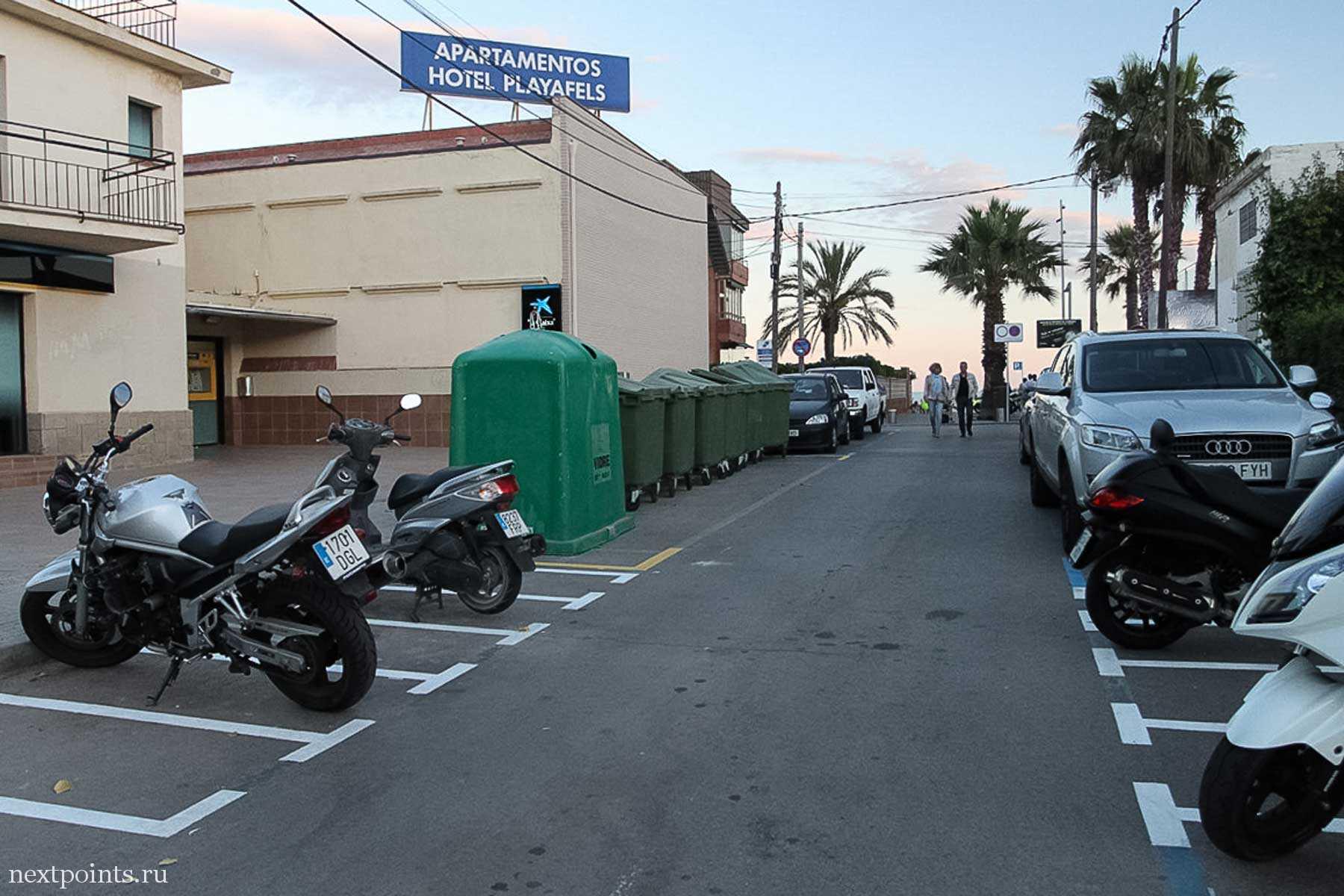 Городские мусорные баки постепенно меняют на современные. На о. Менорка они все разноцветные, стоящие рядом. Баки будущего :)