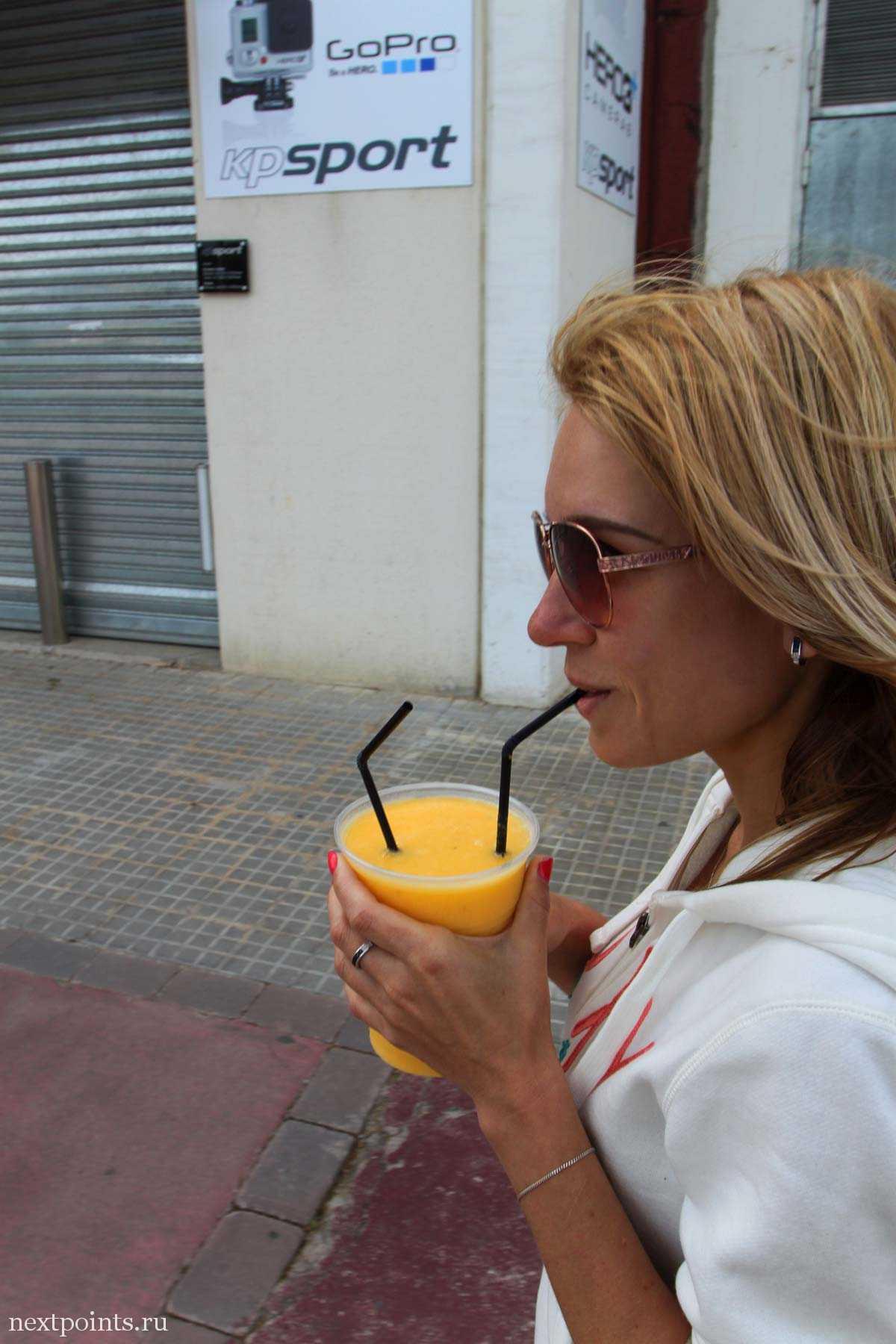 Пью сок после гонки