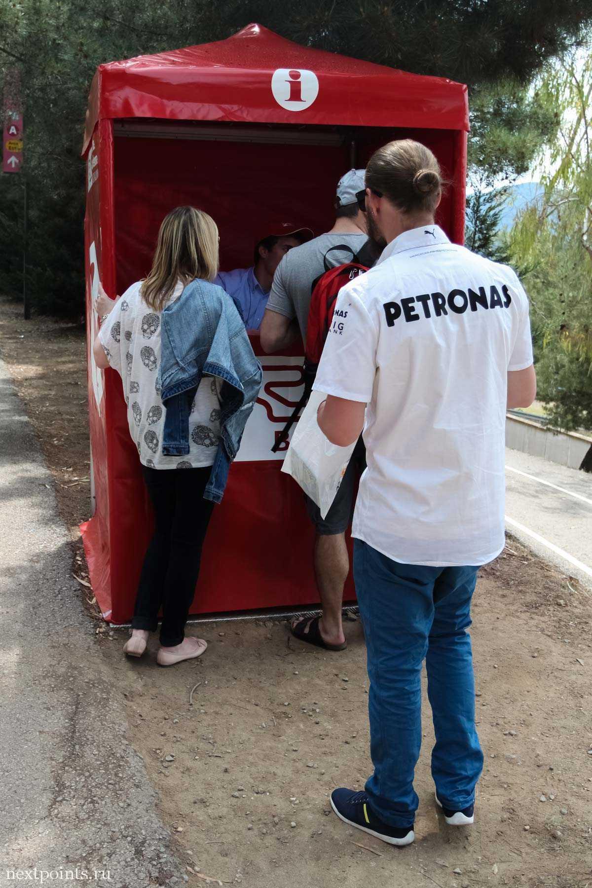 Информационный блок около гоночнойт трассы в Испании