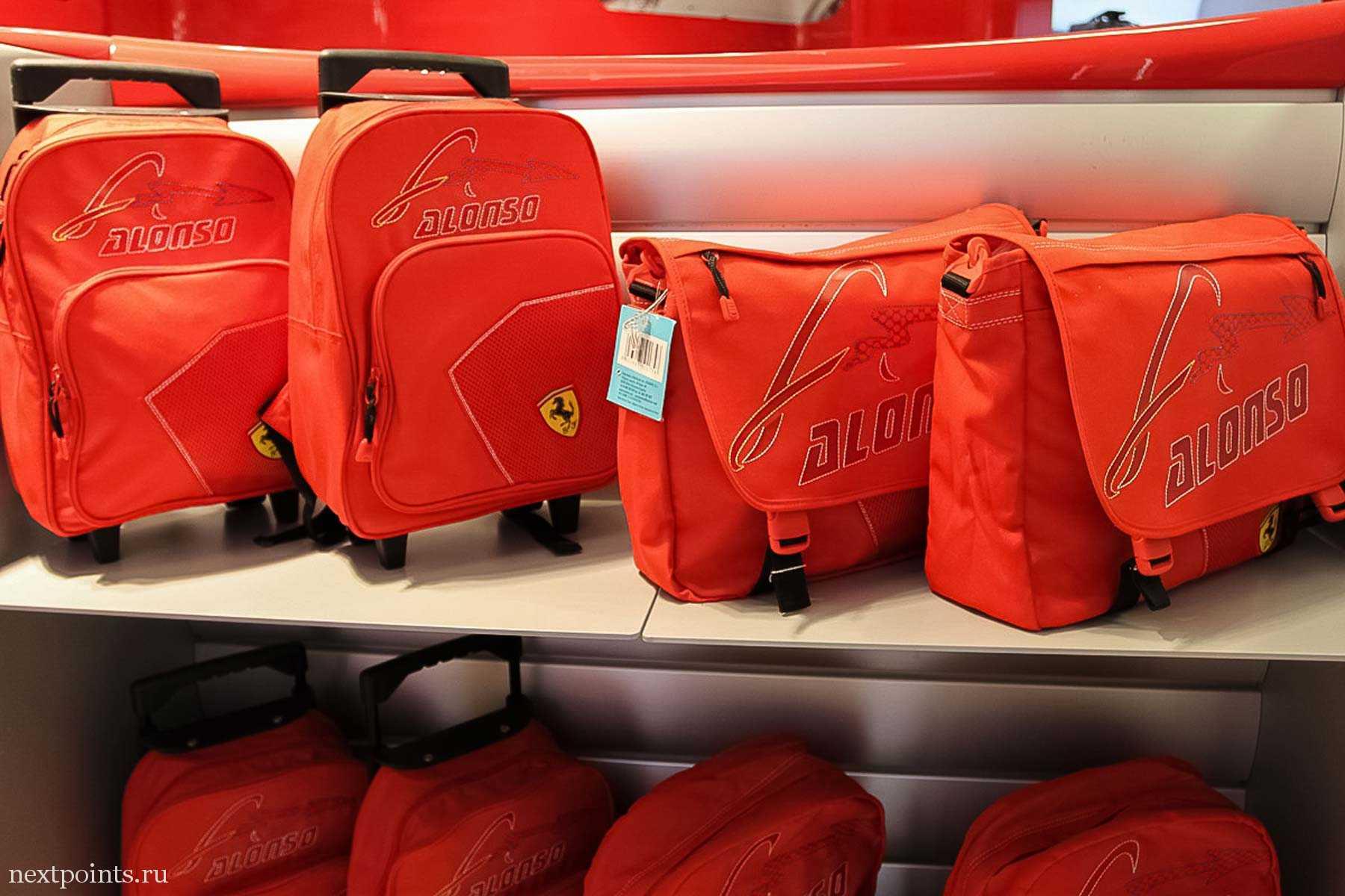 """Сумки с надписью """"Алонсо"""" в магазине в аэропорту Барселоны"""