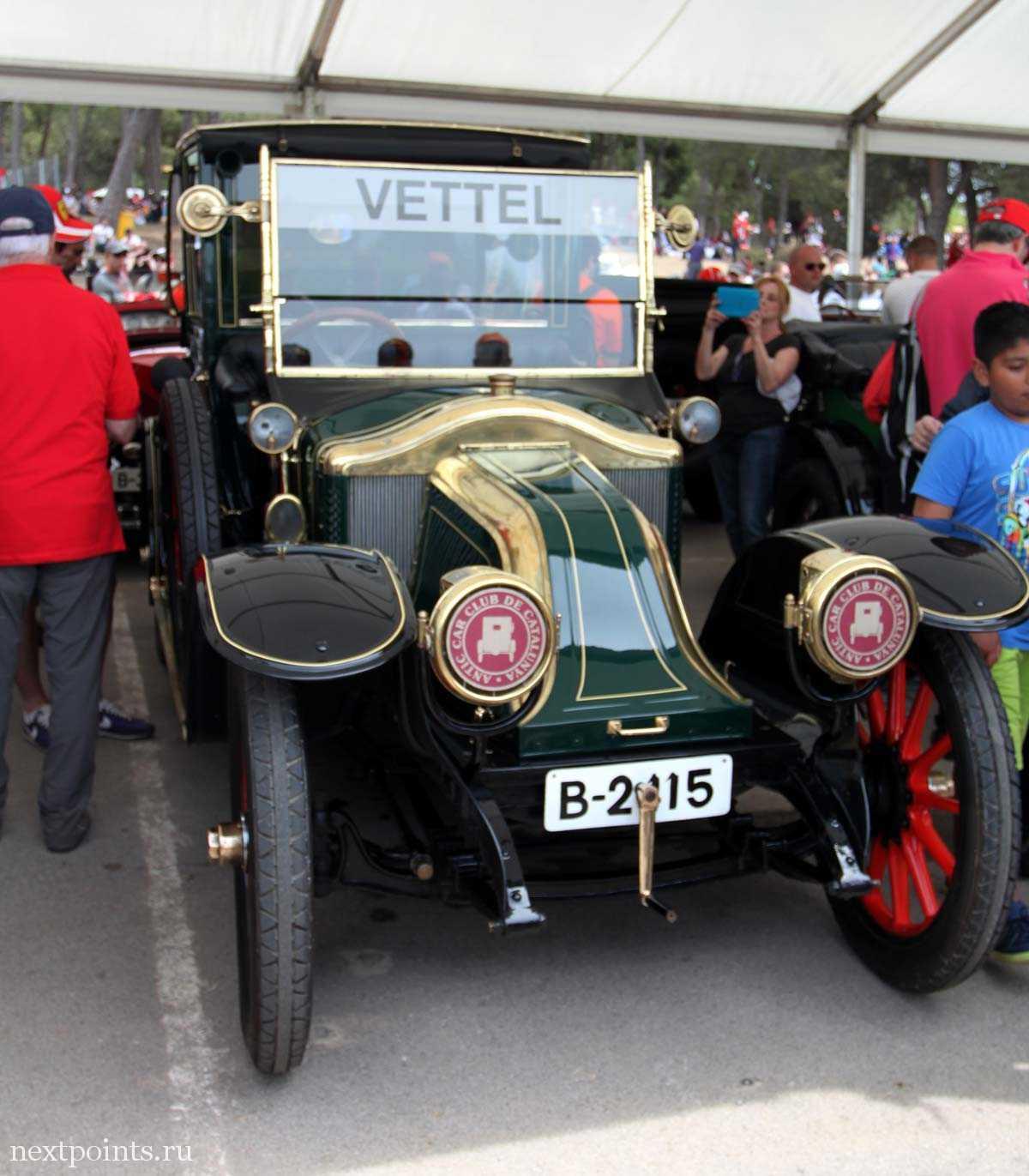 Машина Феттеля с парада пилотов на трассе Формулы 1 в Испании