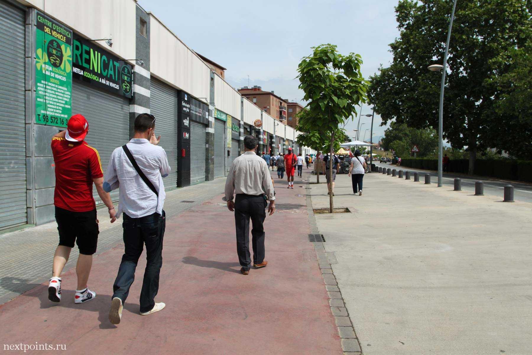 Проходим мимо закрытых магазинов в городе Монмело. Сиеста есть сиеста!