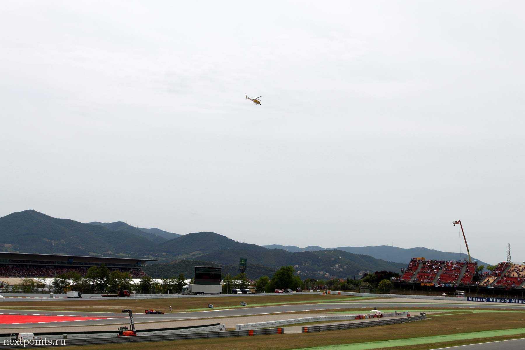 В небе летали вертолеты, которые снимали трансляцию гонок.