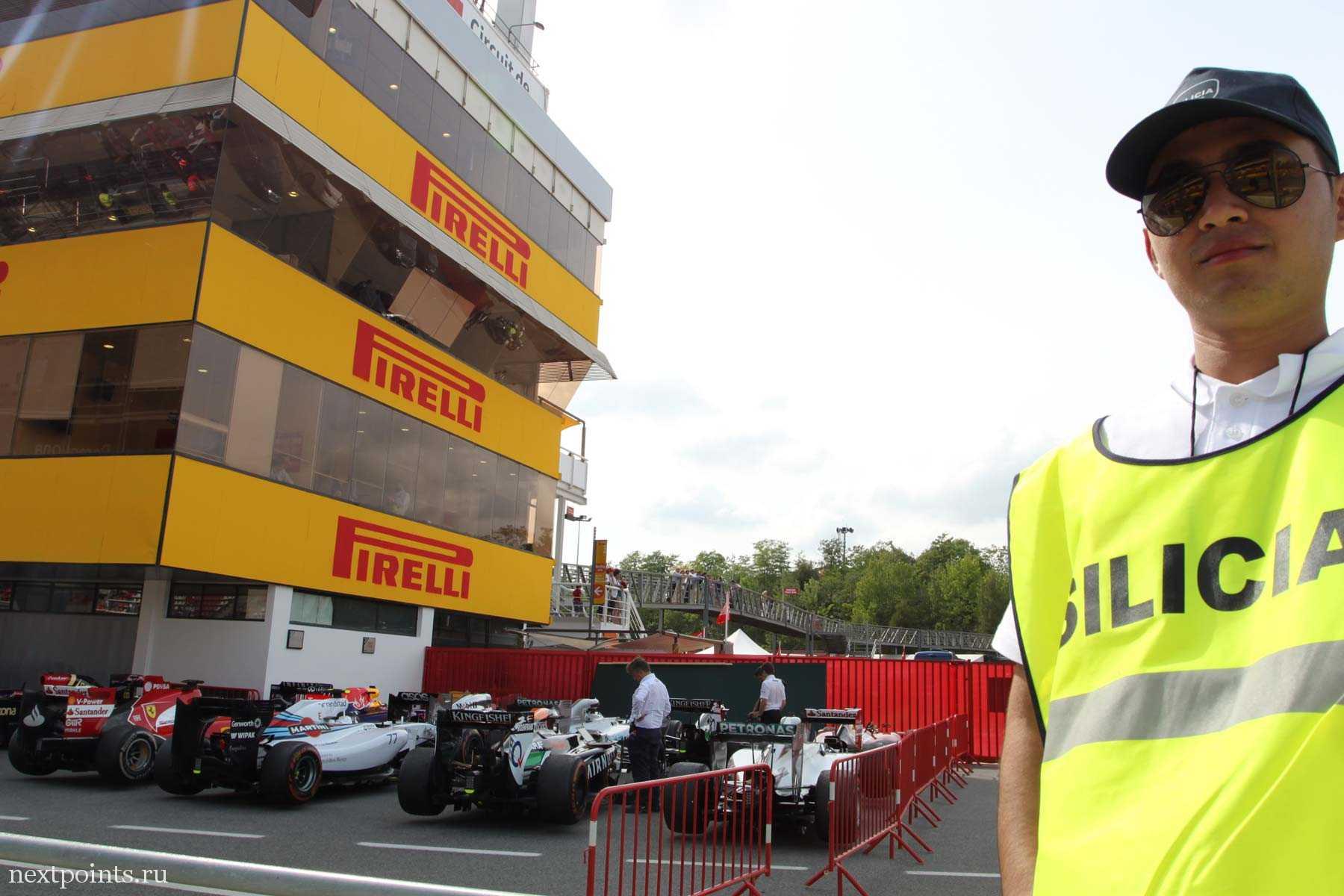 Добрый охранник на трассе в Испании