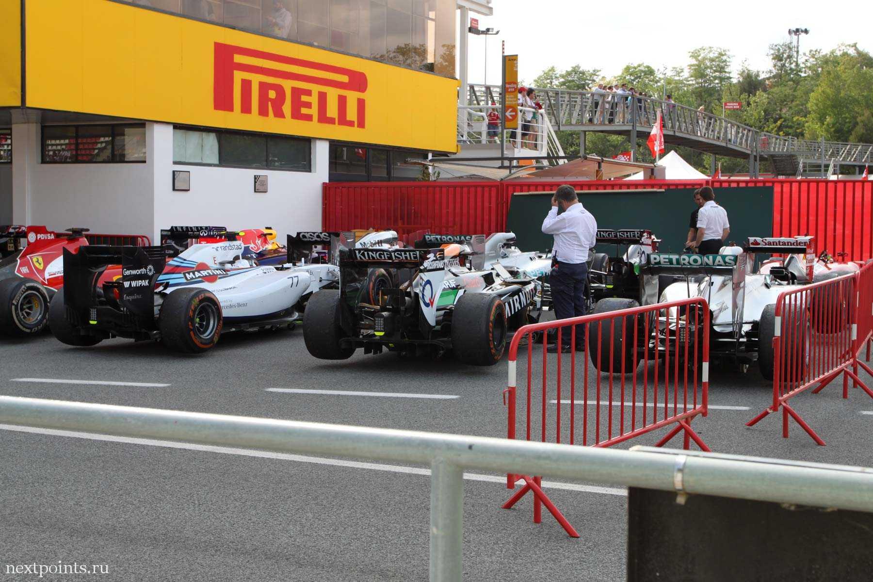 Болиды на трассе Формулы 1 в Испании