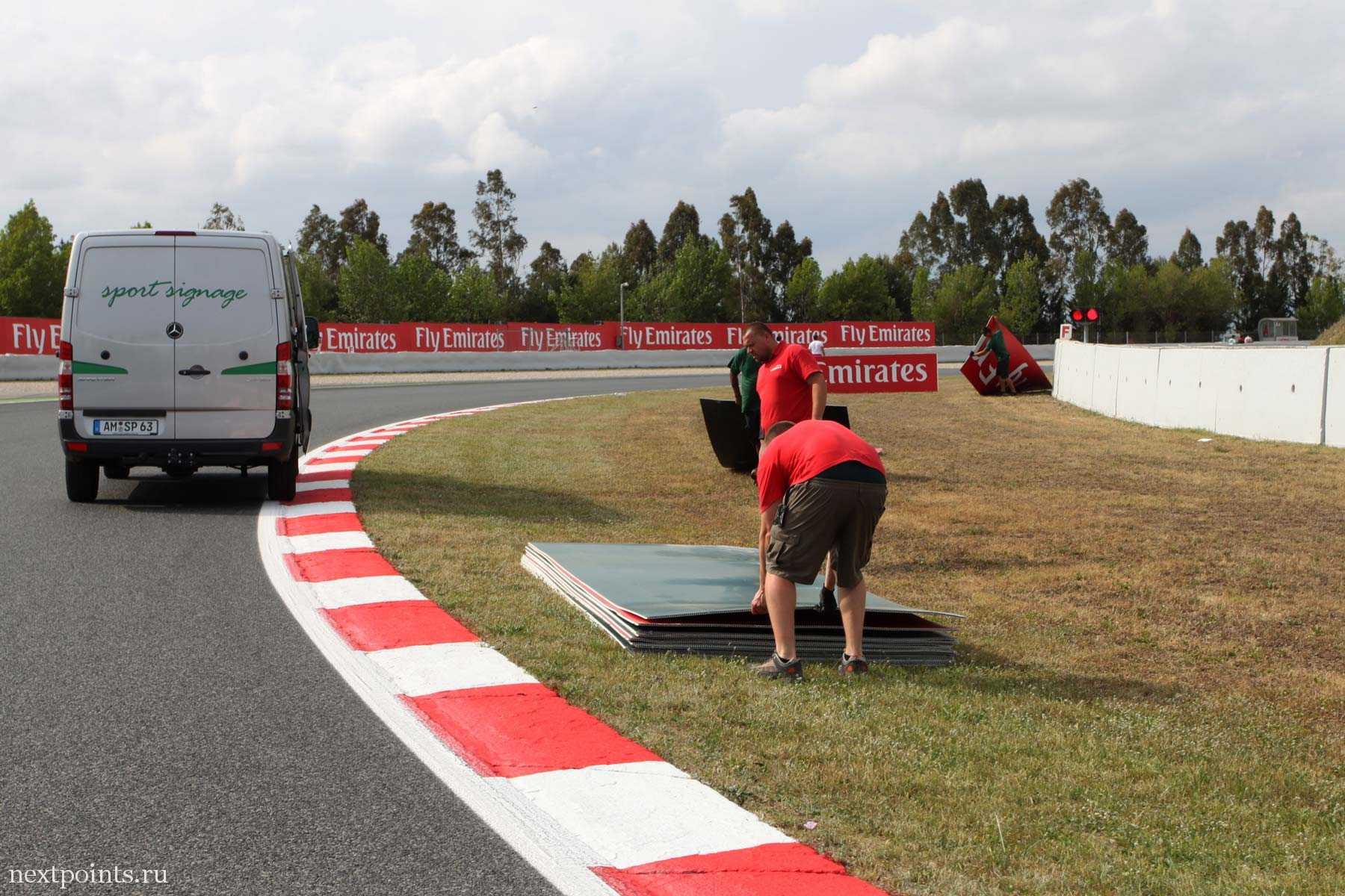 Персонал готовится к новой гонке с новыми спонсорами. Может, это Moto GP?