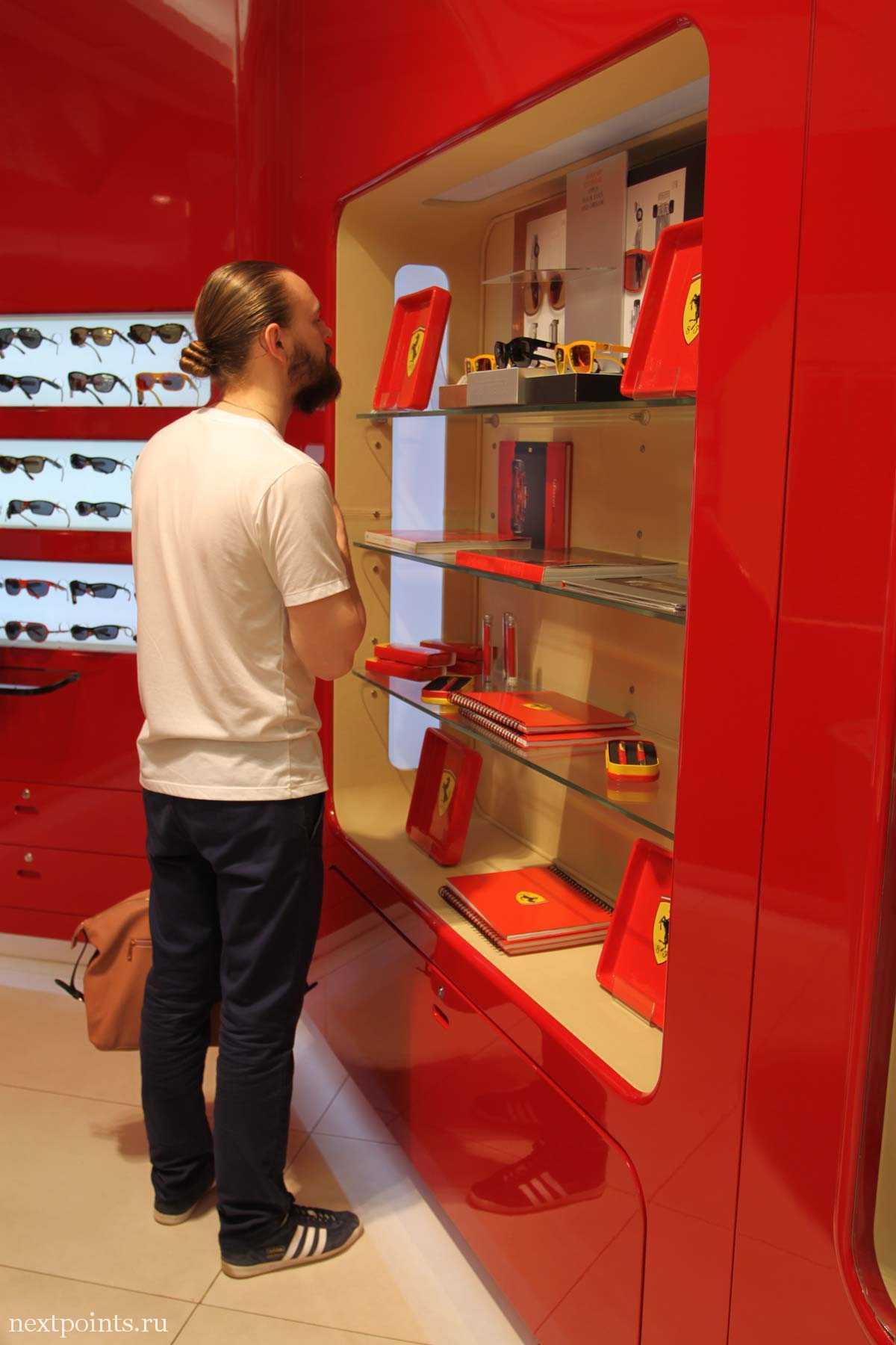 Фирменный магазин Скудерии Феррари в аэропорту Барселоны