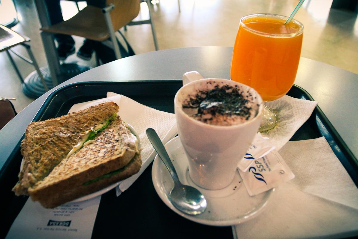 Решили перекусить - завтрак в аэропорту Тенерифе (Tenerife)