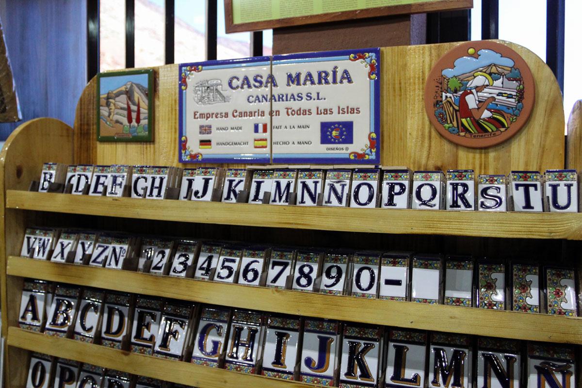 Керамические изделия Испании в сувенирном магазине Тейде