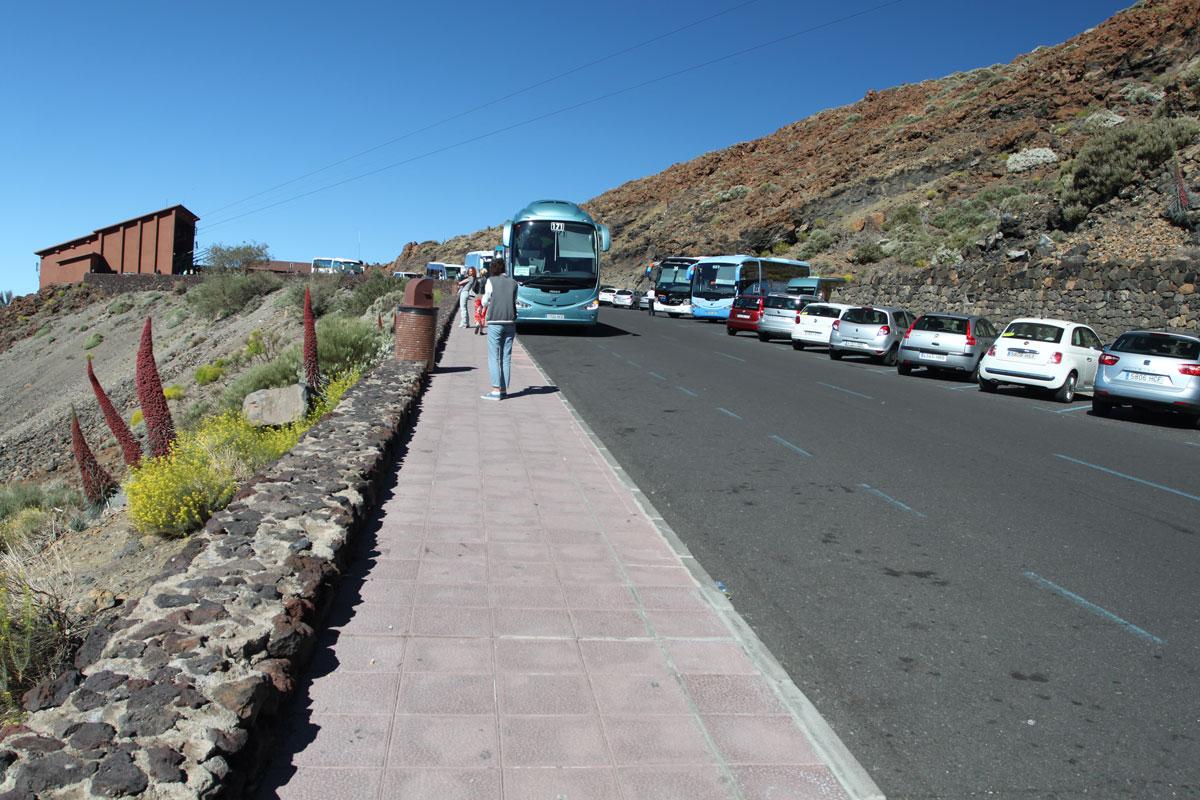 Экскурсионные автобусы на парковке перед фуникулером к вулкану Тейде