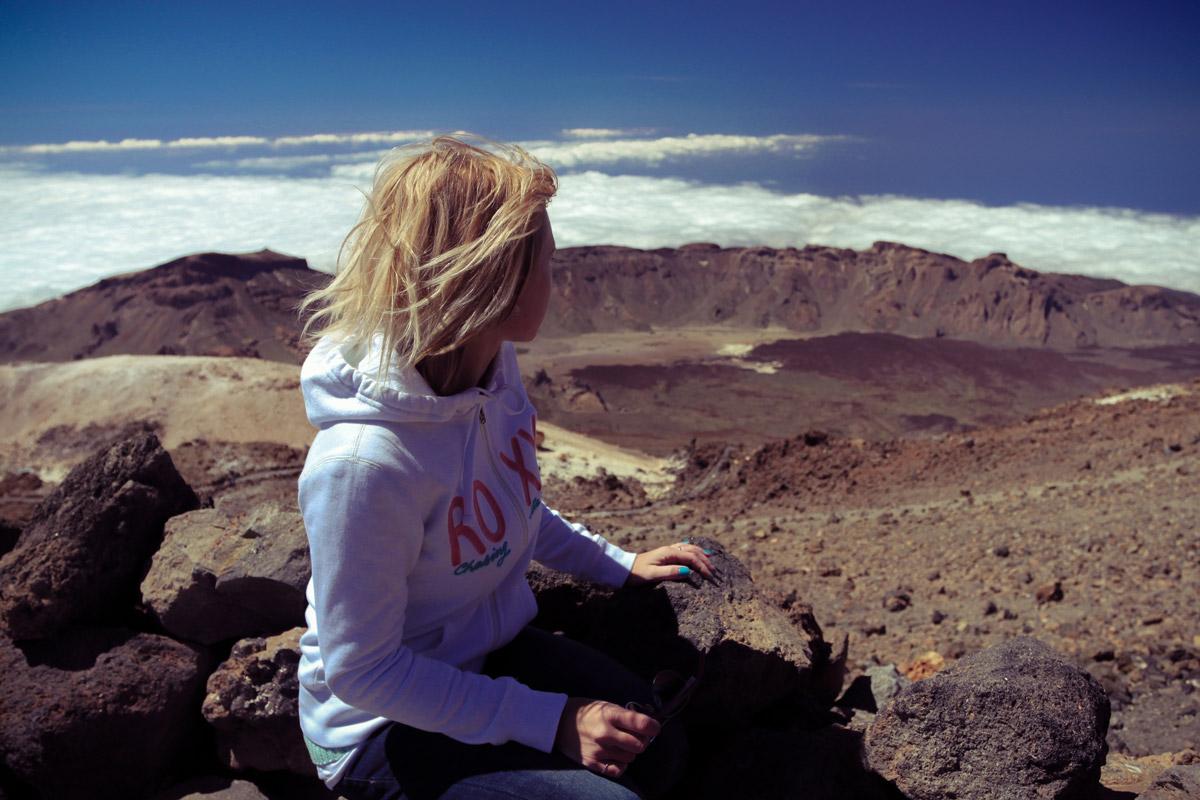 Сидим на мини-обзорной площадке на тропе к пику вулкана Тейде