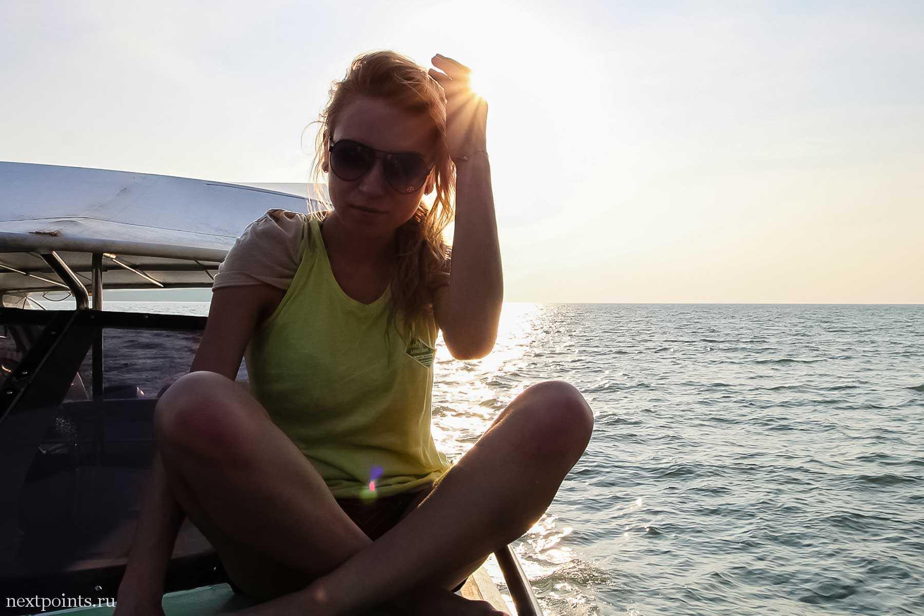 Солнце близится к закату, скоро мы приплывем на Лангкави
