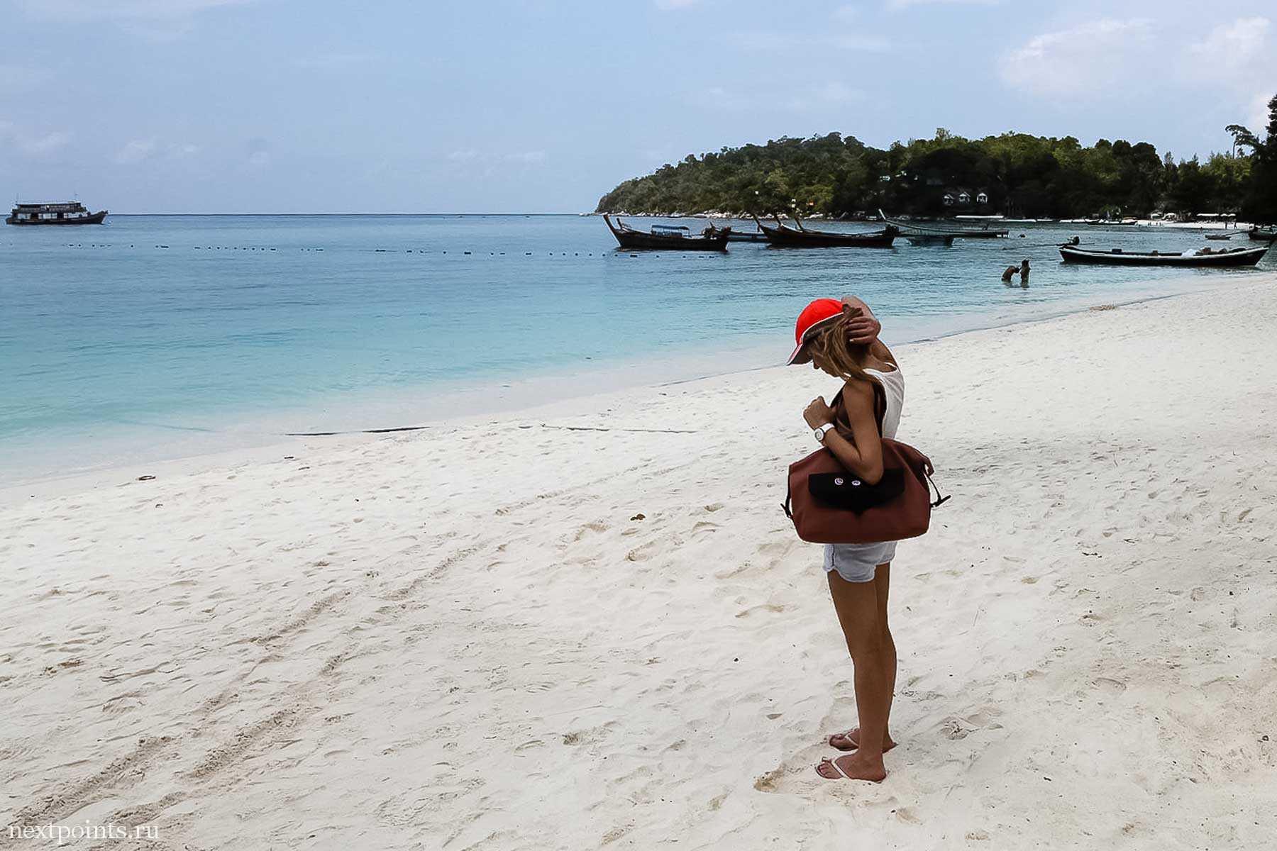 Глаза болят от песка на пляже Pattaya на острове Ко Липе (Koh Lipe) в Таиланде