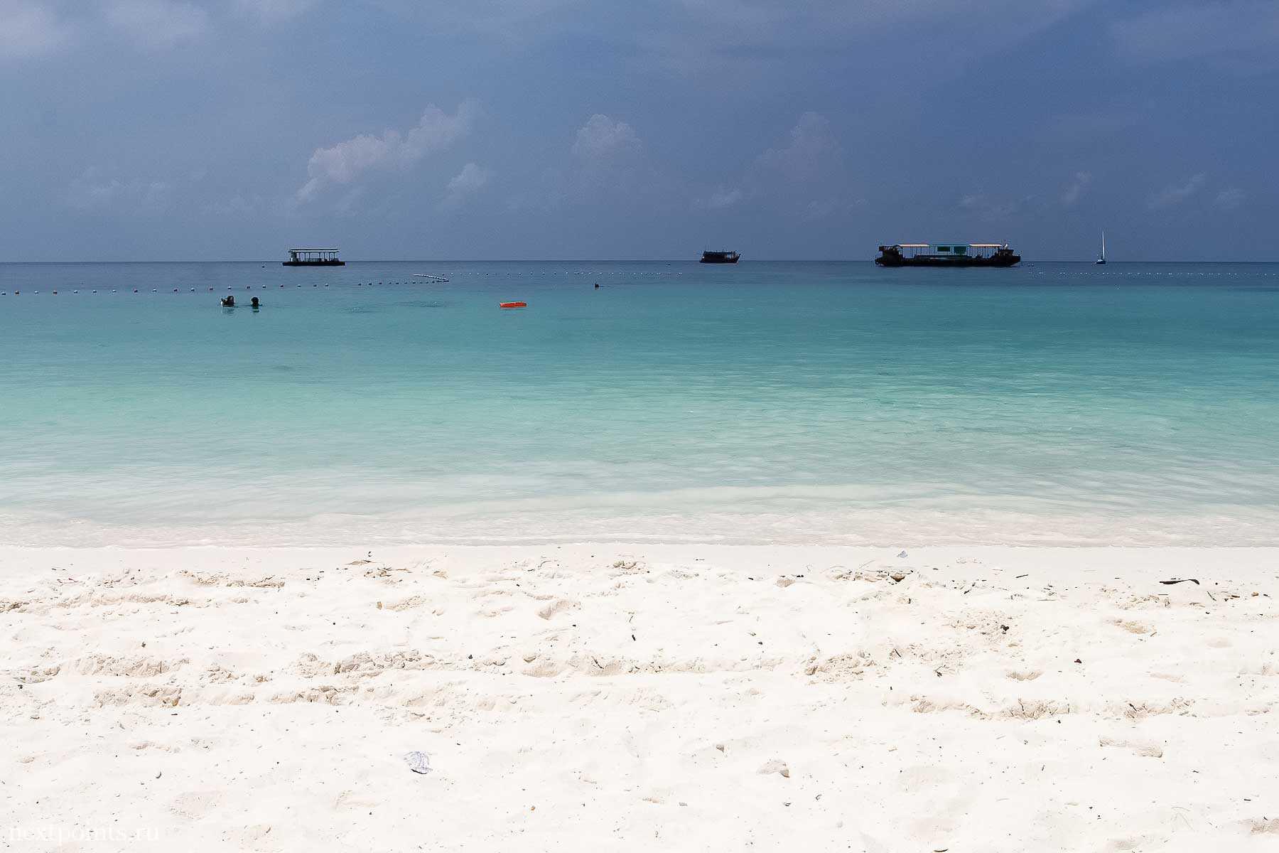На пляже Pattaya на острове Ко Липе (Koh Lipe) в Таиланде