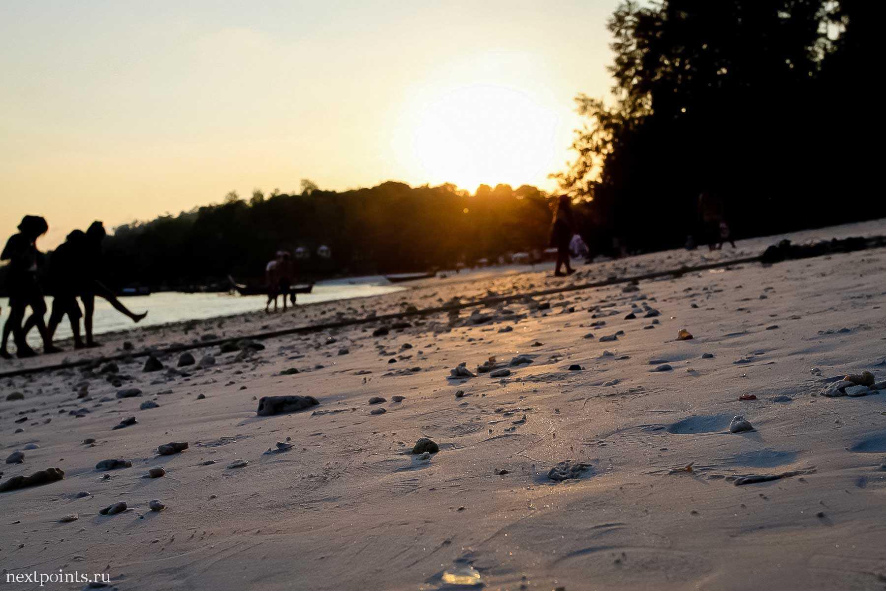 Закатное фото с уровня песка на пляже Паттая на острове Ко Липе