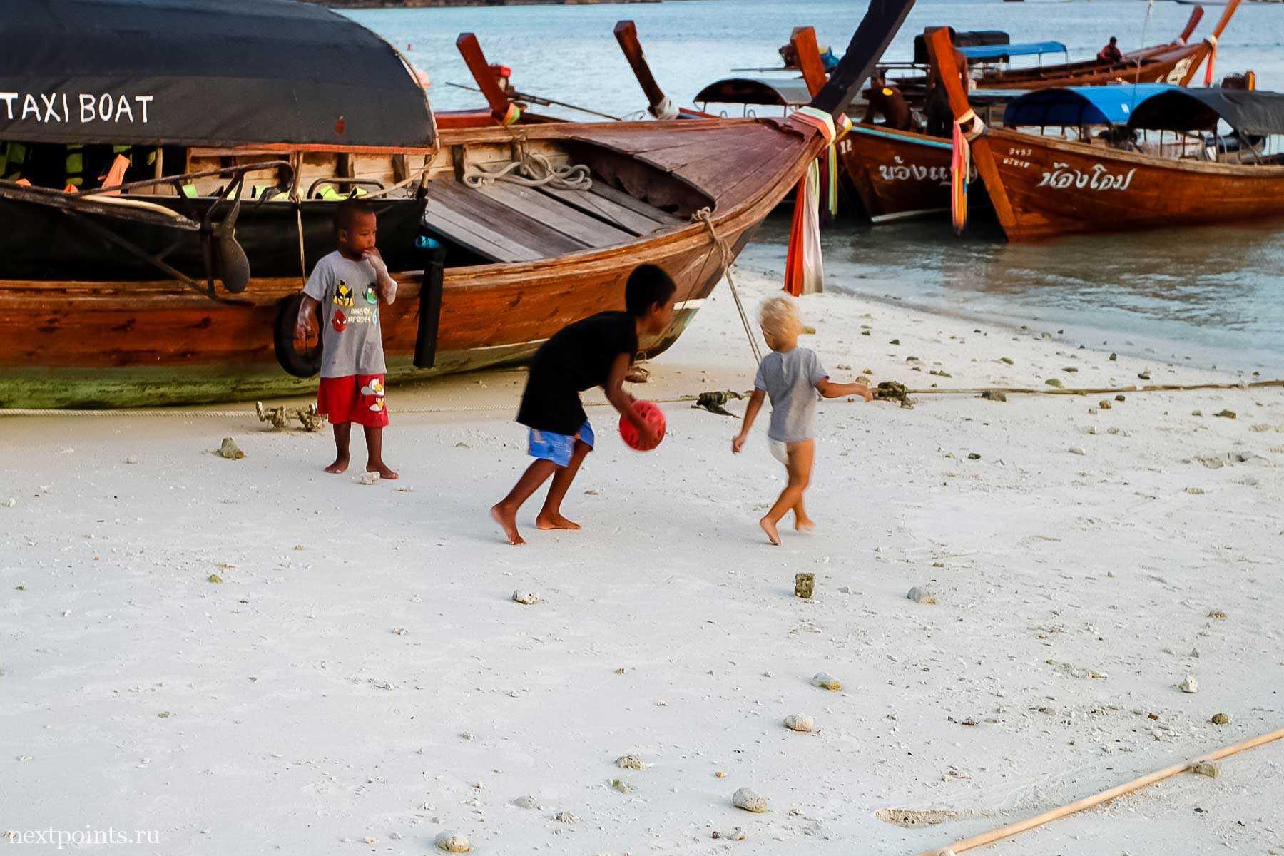 Игривые тайские дети на пляже Паттая на острове Ко Липе