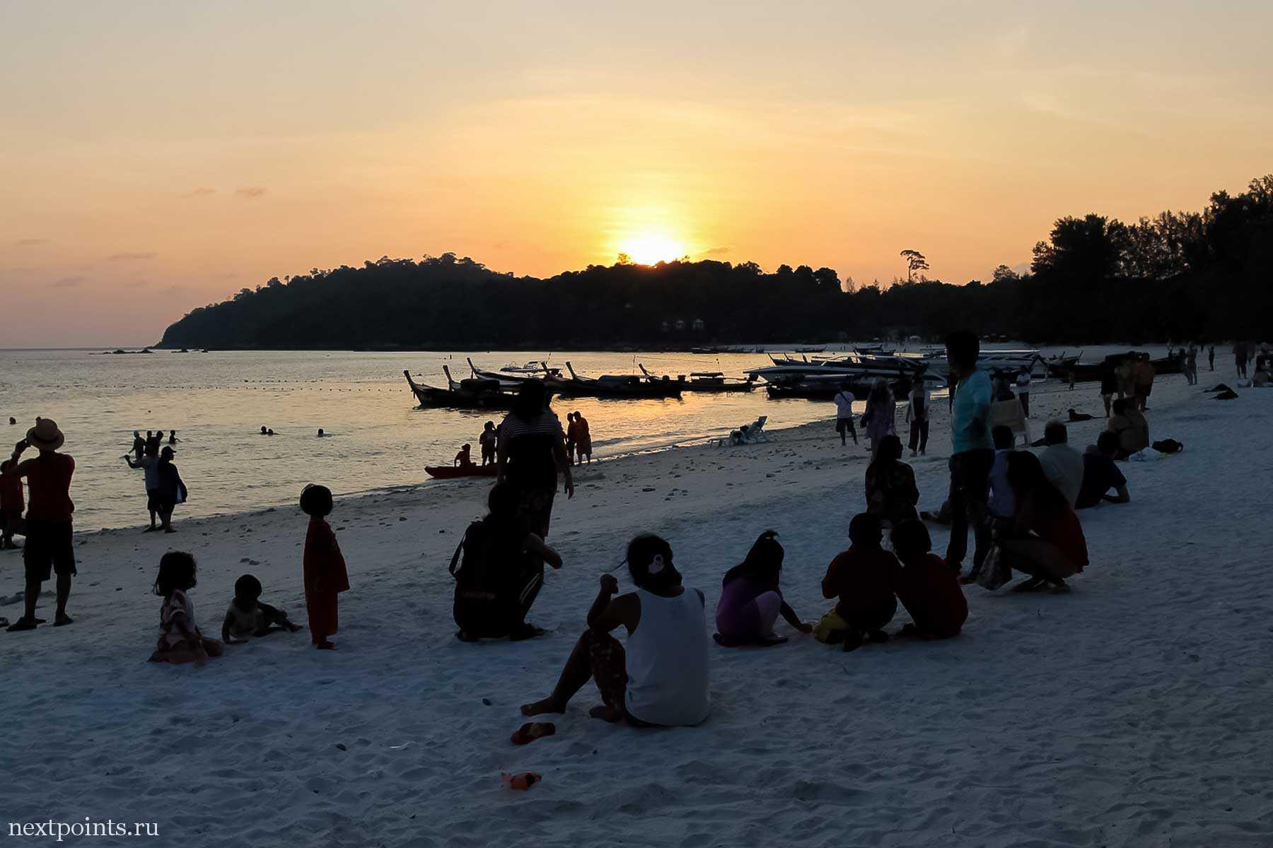 Все провожают закат на пляже Паттая (Pattaya) на Ко Липе