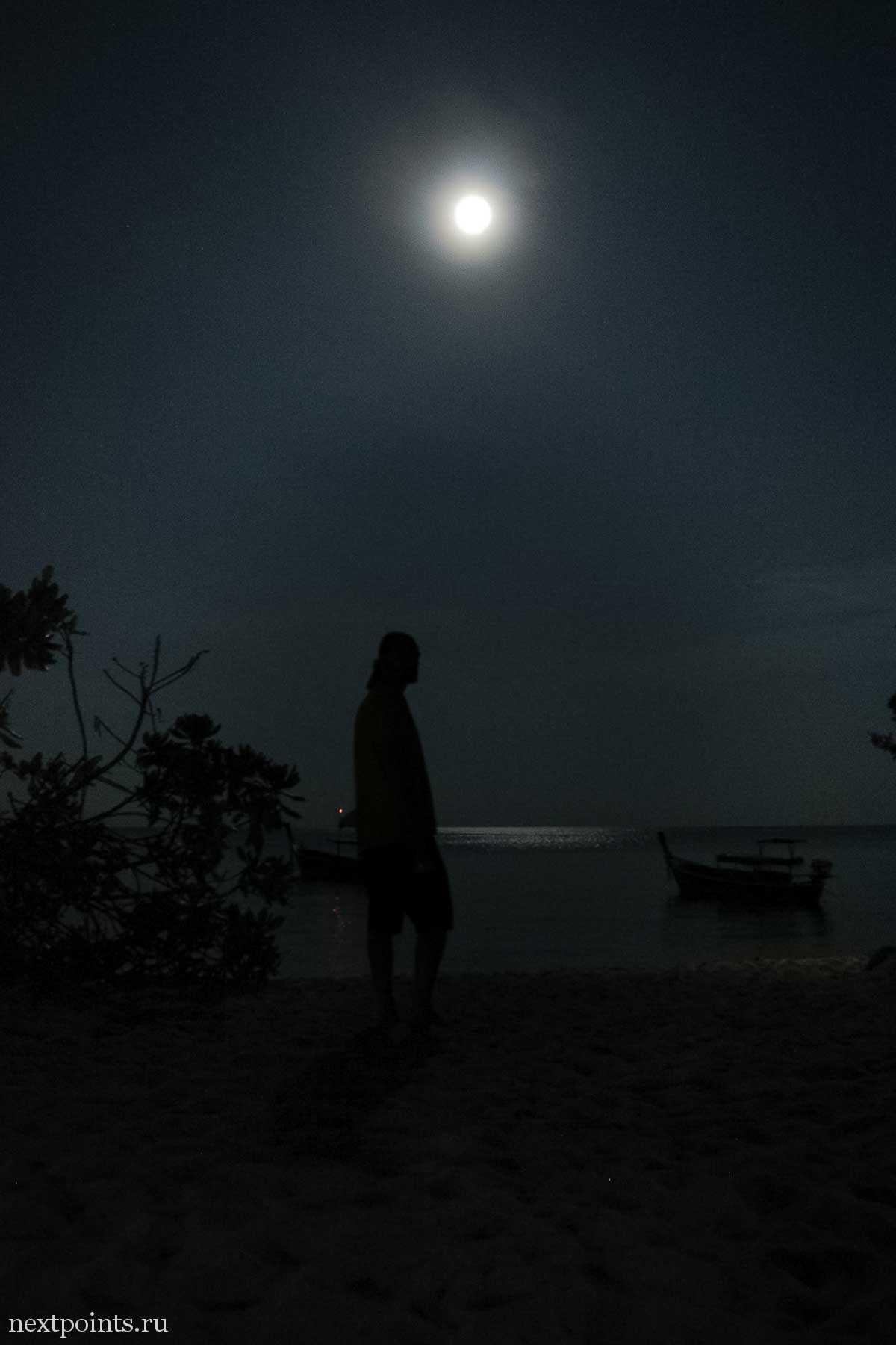 Луна на пляже Санрайз на Ко Липе