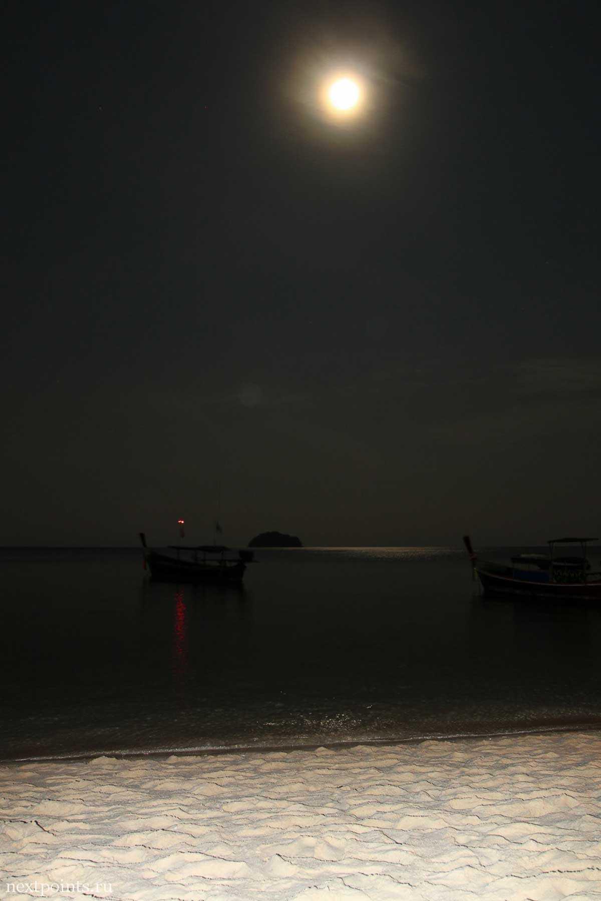 Лодка и тайская луна