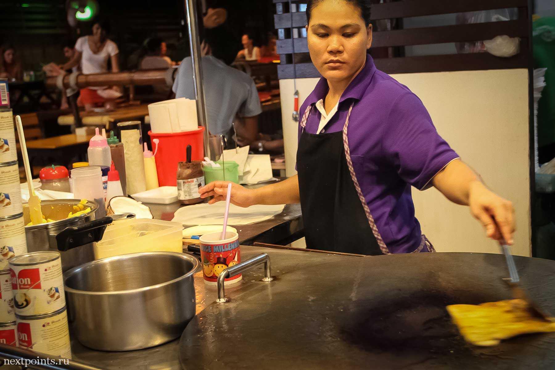 Тайка в процессе приготовления блинчиков (панкейков) на Ко Липе