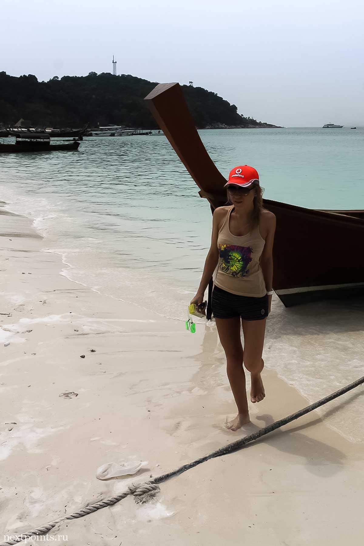 Тайская лодка, причаленная к берегу острова Ко Липе