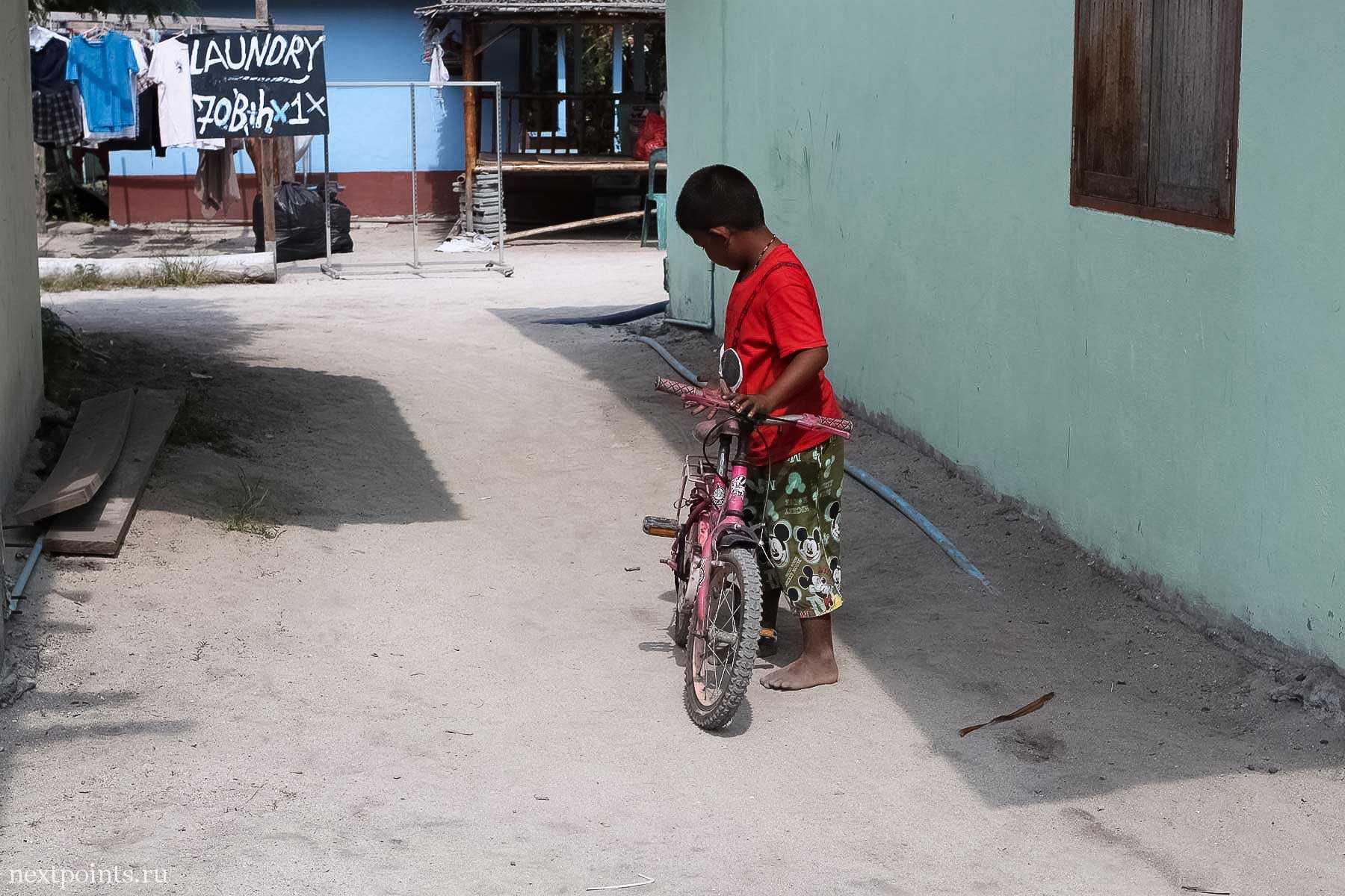 Мальчик с велосипедом на Ко Липе