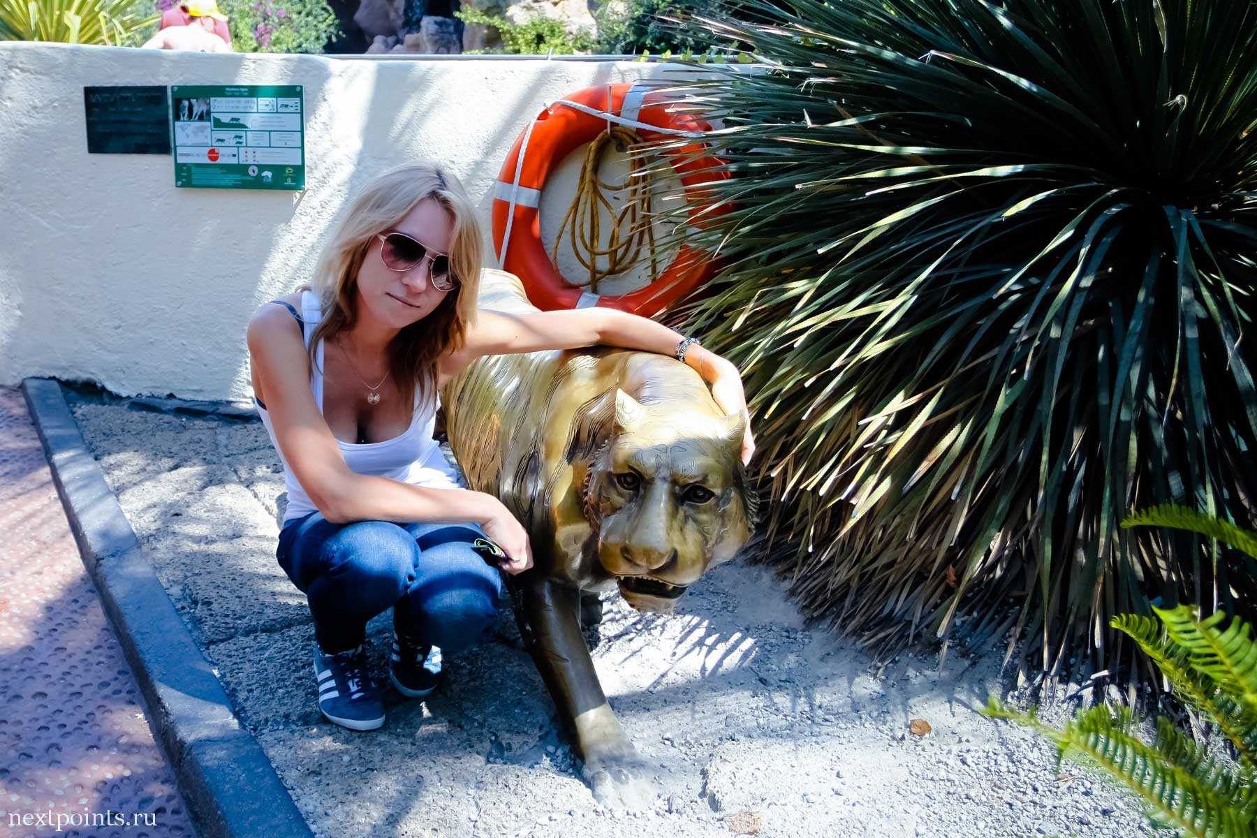 Бронзовая статуя тигра