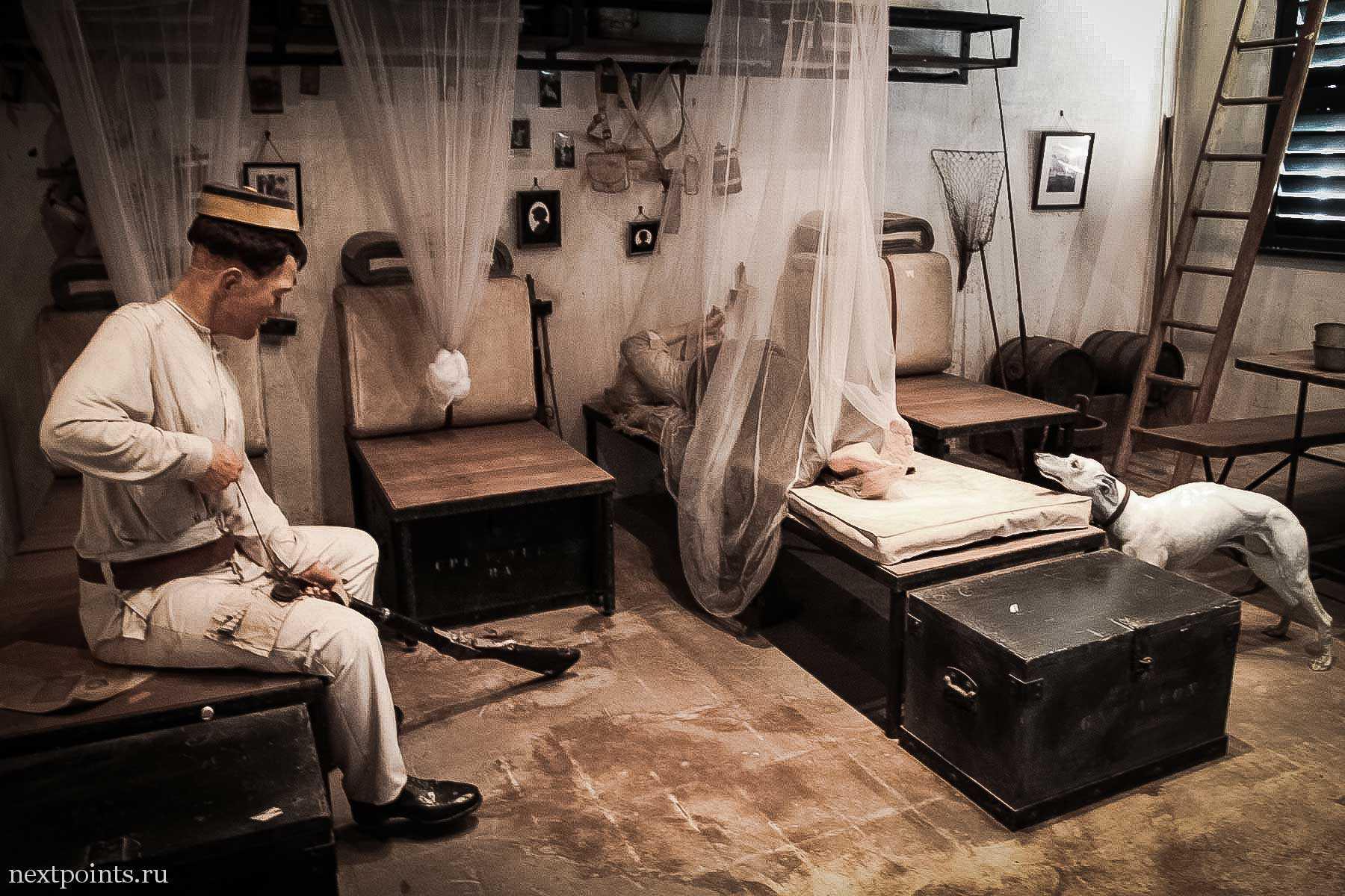 Солдат читит ружье в Форте Силосо (Siloso) на Сентозе (Sentosa)