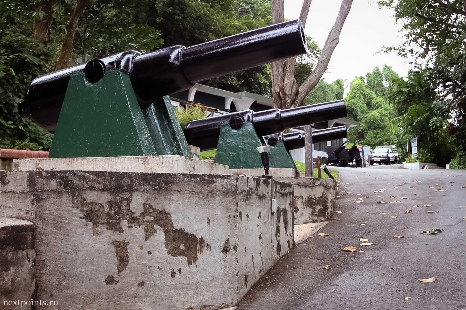Пушки в музее оружия в Форте Силосо (Siloso) на Сентозе (Sentosa)