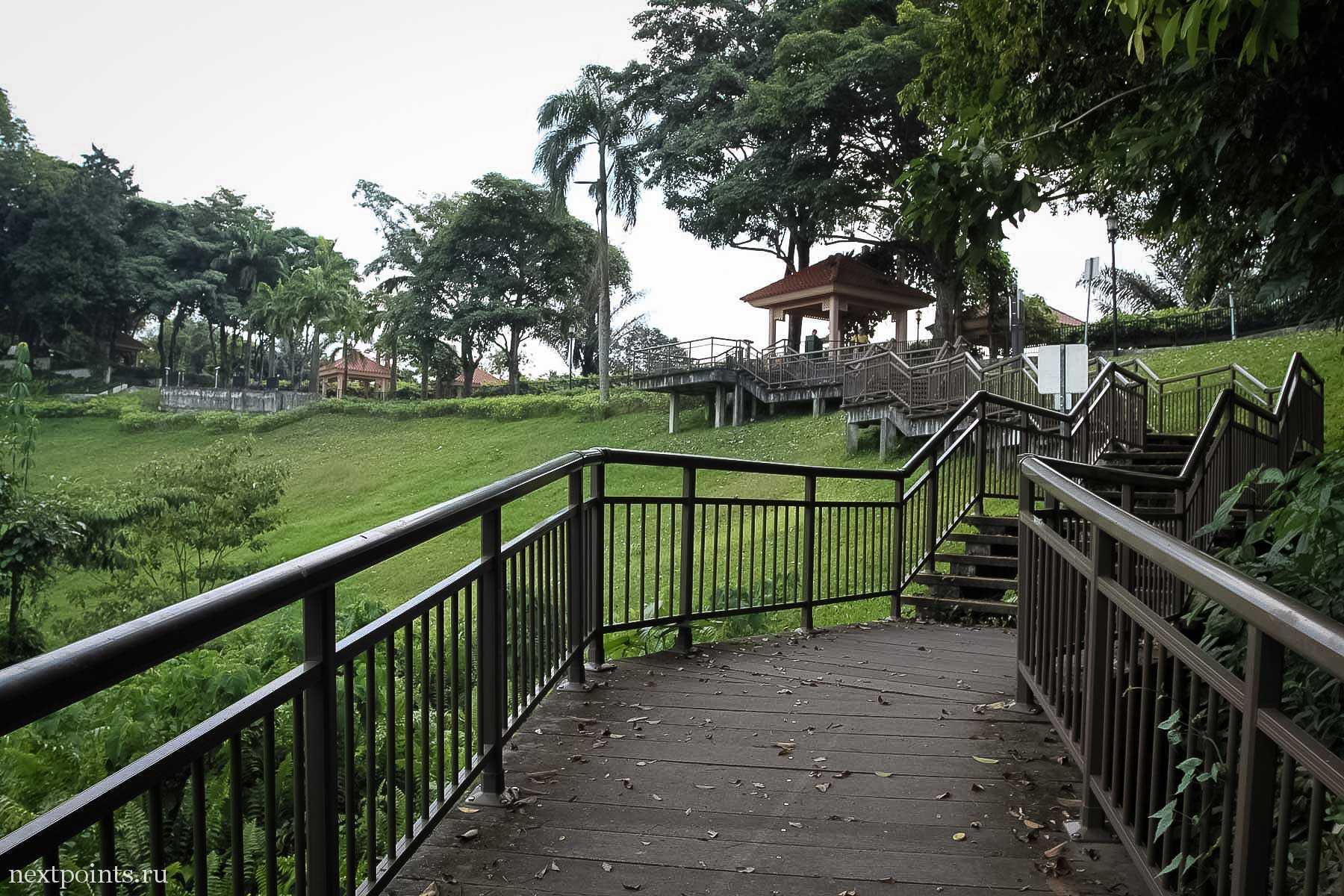 Забравшись по главной длинной лестнице нужно будет повернуть налево и идти по дороге до тупика к станции фуникулера на остров Сентозу.