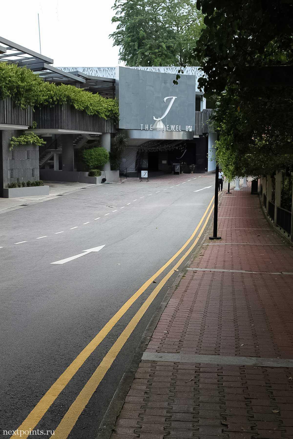 В конце дороги — стильное здание с ювелирным магазином и фуникулерной станцией