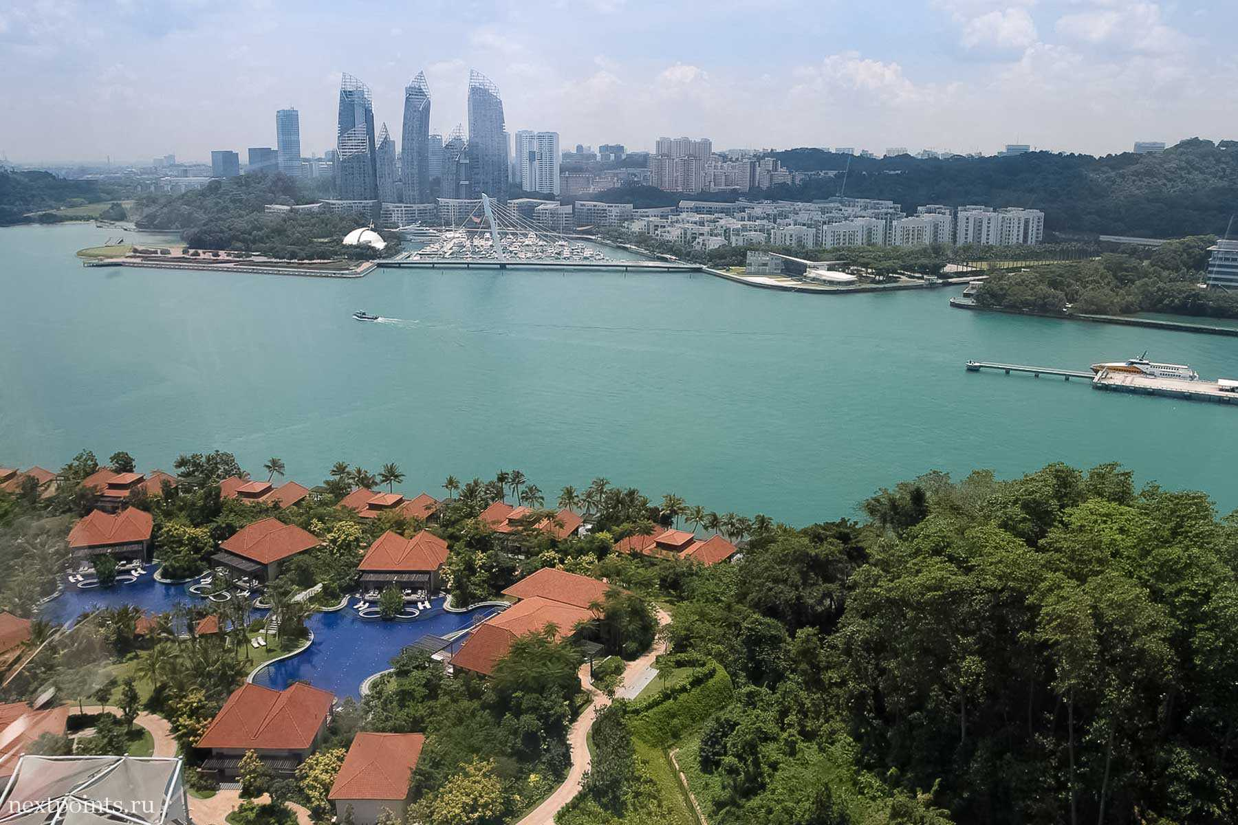 Вид из кабинки фукулера на на Сингапур и виллы на Сентозе