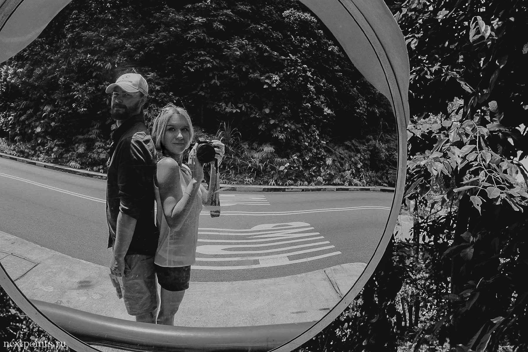 В отражении зеркала на повороте дороги