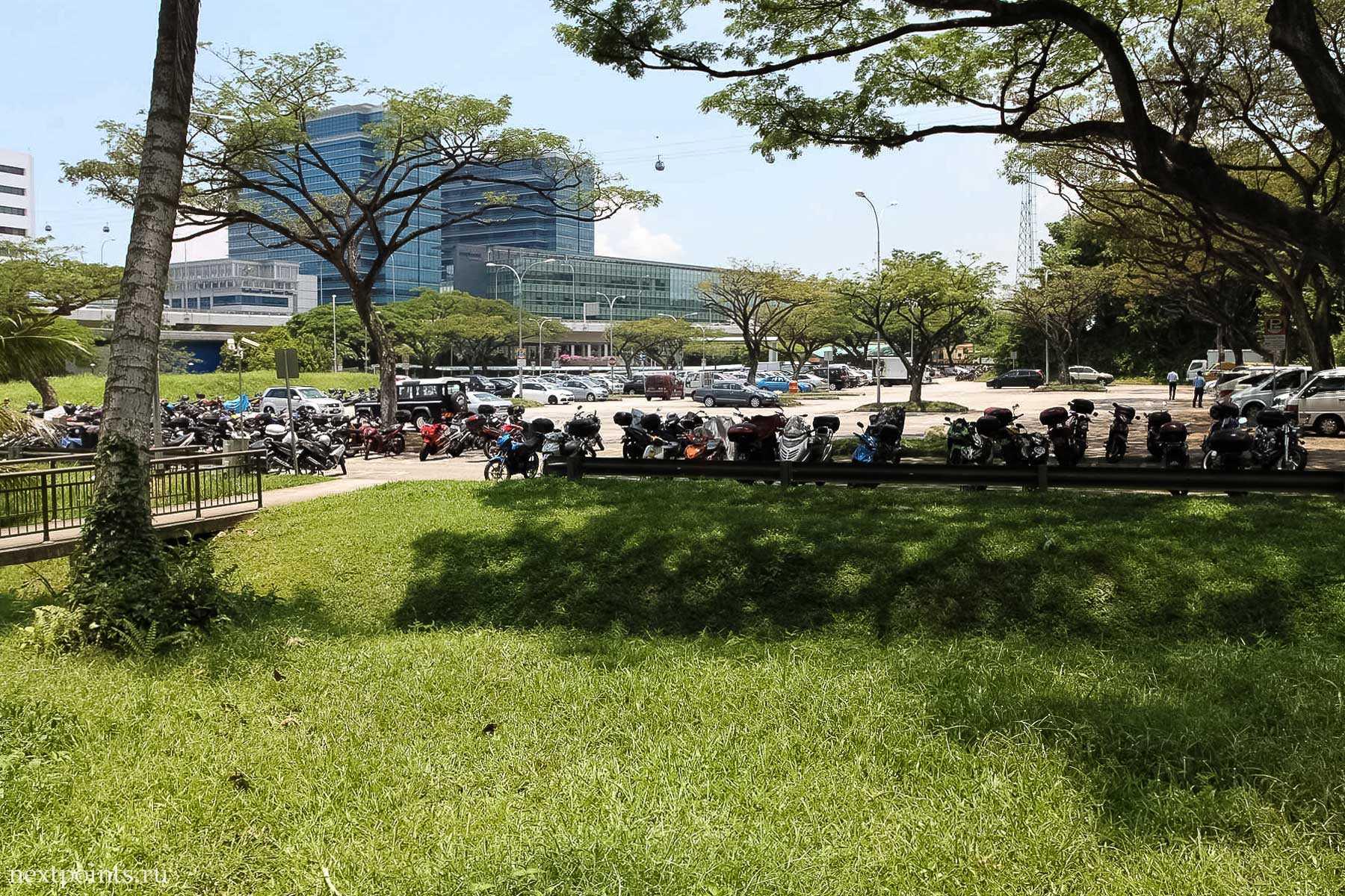 Мотобайки на стоянке в Сингапуре