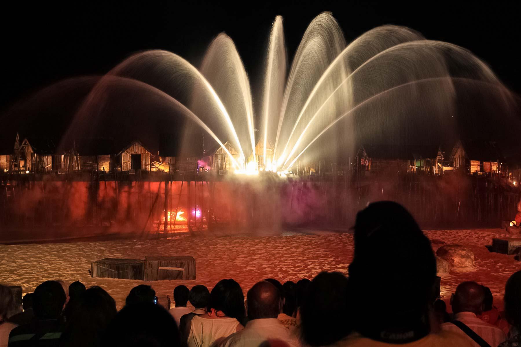 Огромный фонтан на лазерном шоу в Сингапуре