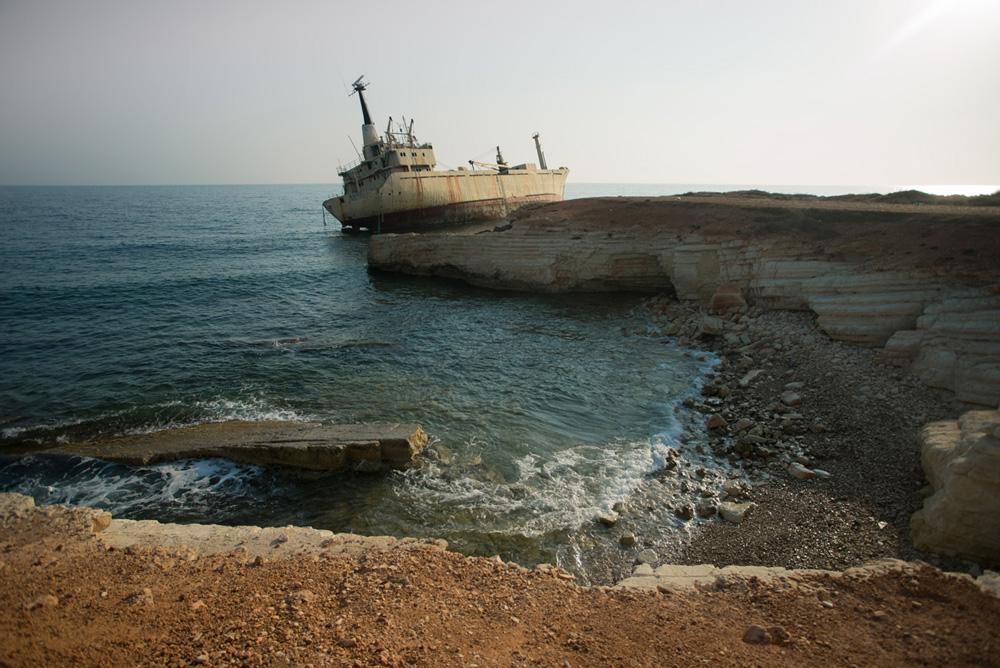 Заброшенный корабль Edro III с левого берега