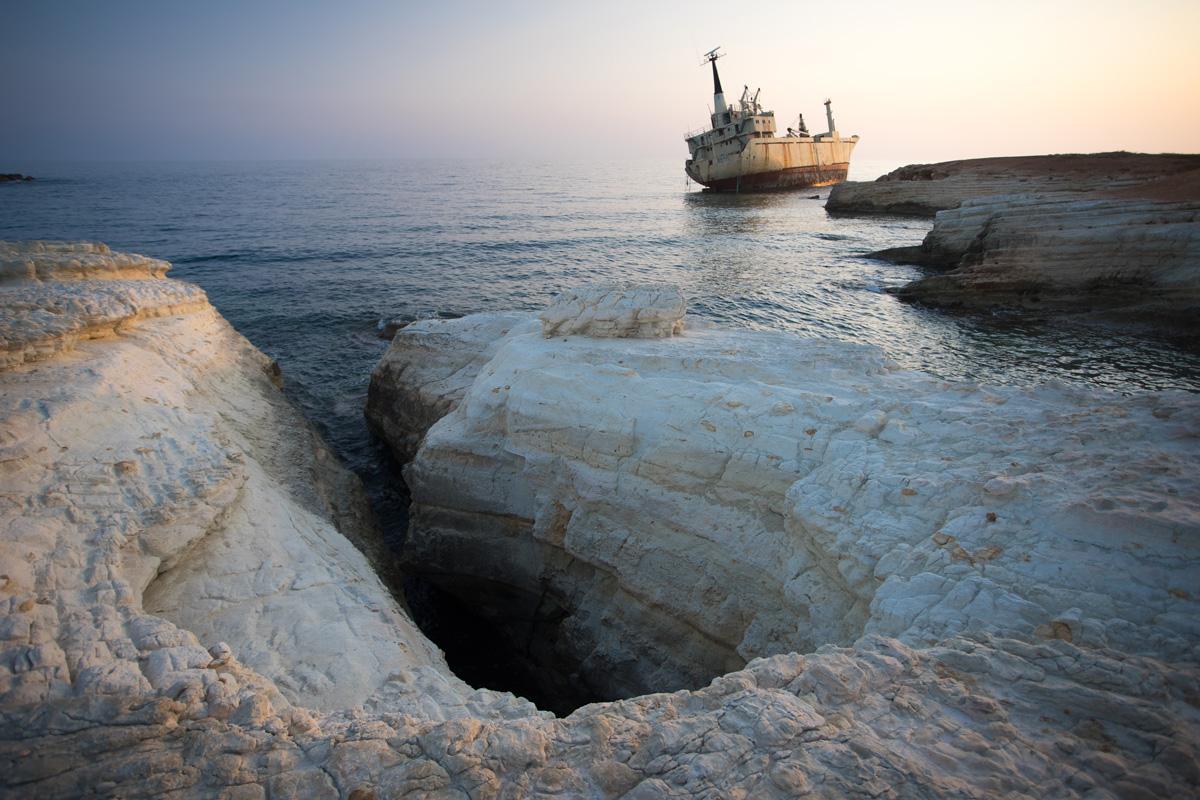 Белое ущелье на фоне корабля
