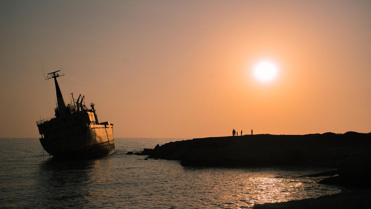 Закат и заброшенный корабль Edro III
