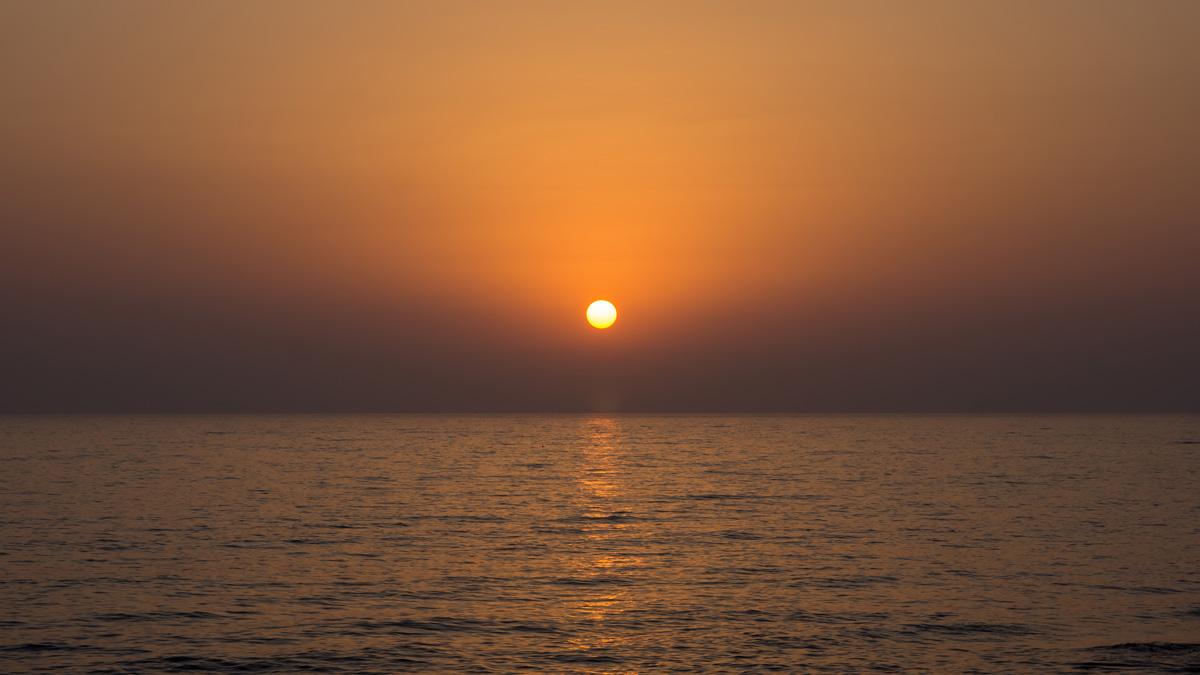 Закат рядом с заброшенным кораблем Edro III